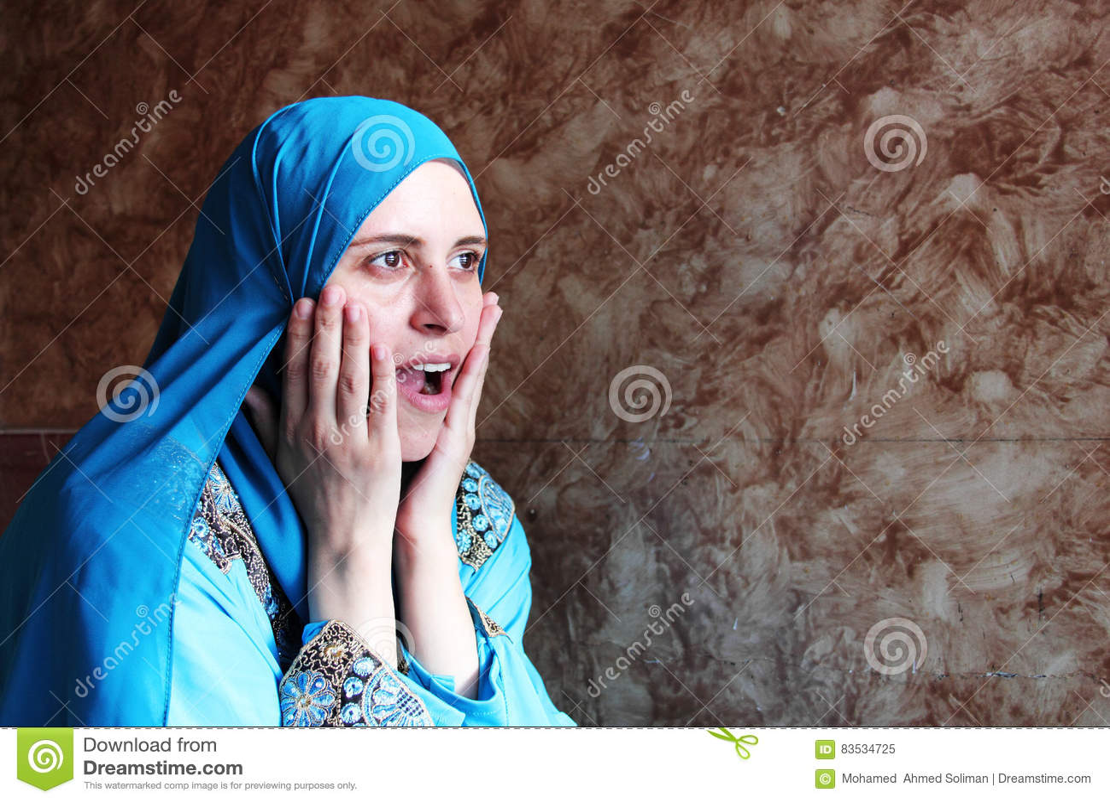 Gelukkige verraste Arabische moslimvrouw