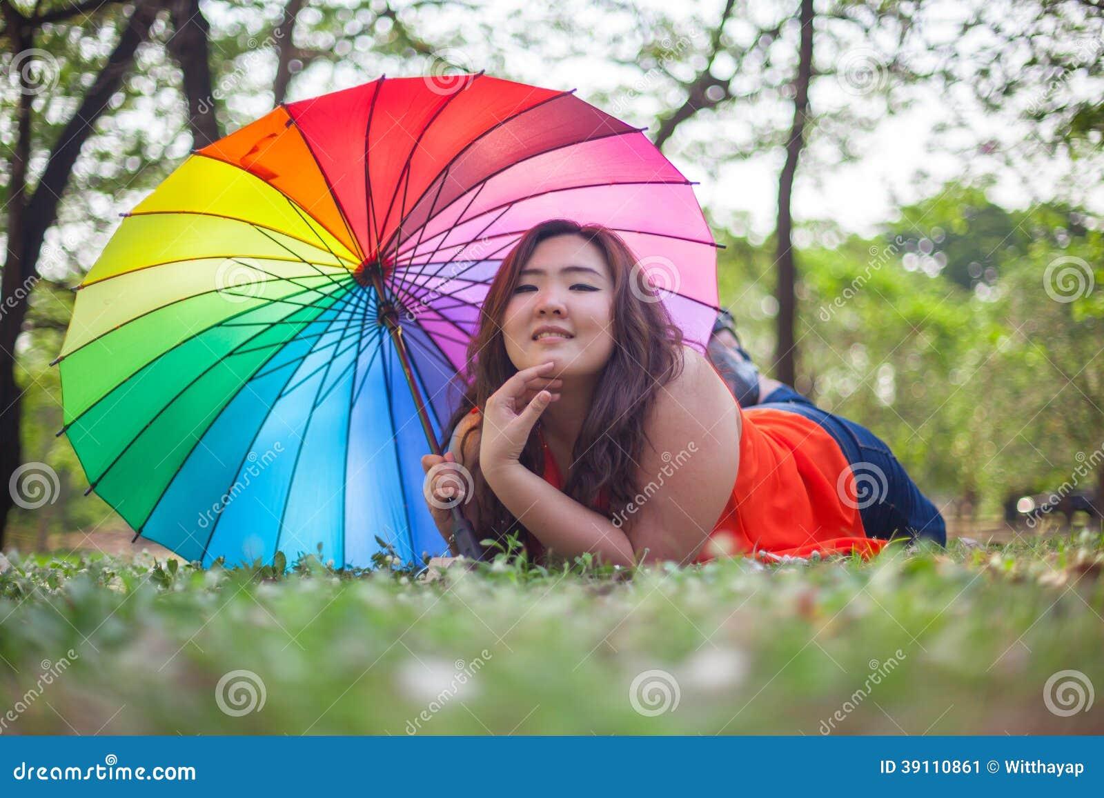 Gelukkige vettige vrouw met paraplu