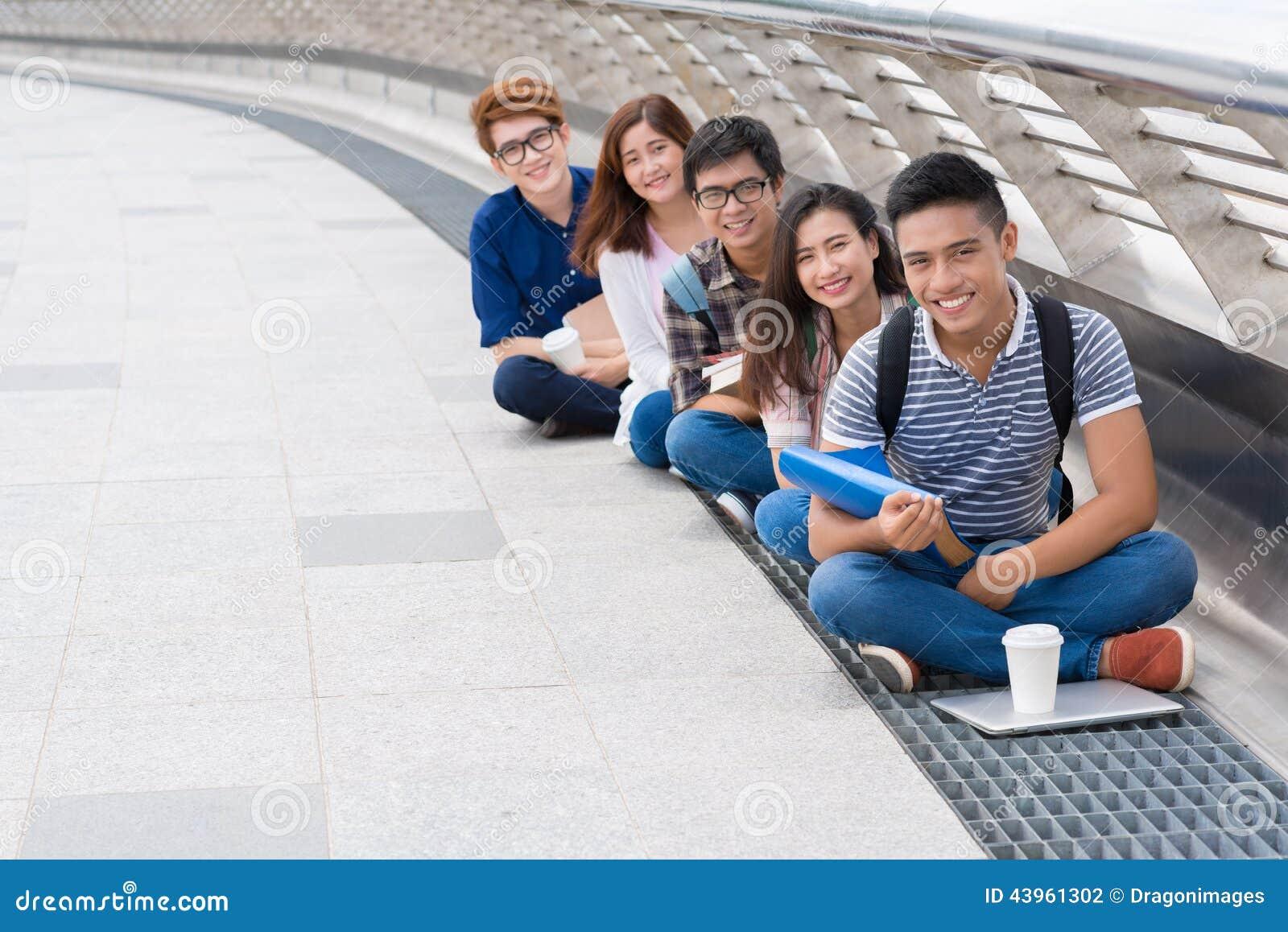 Gelukkige Vietnamese studenten