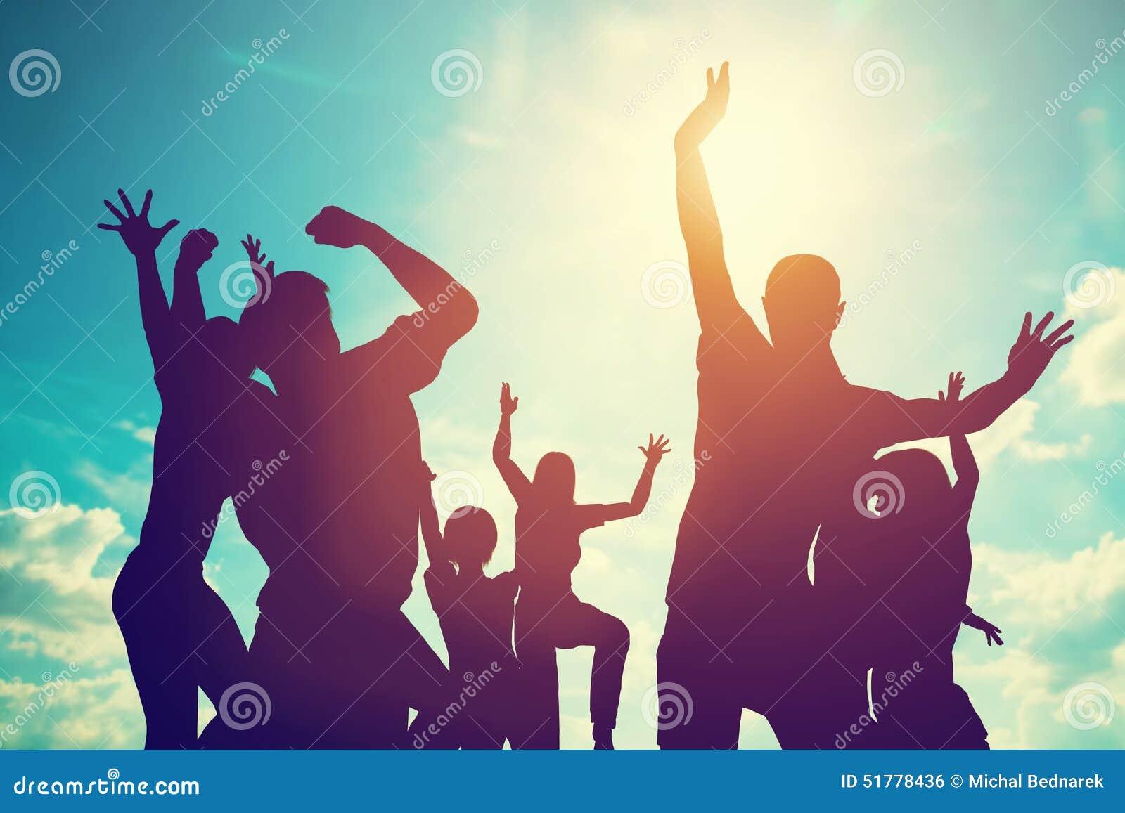 Gelukkige vrienden, familie die samen het hebben van pret springen