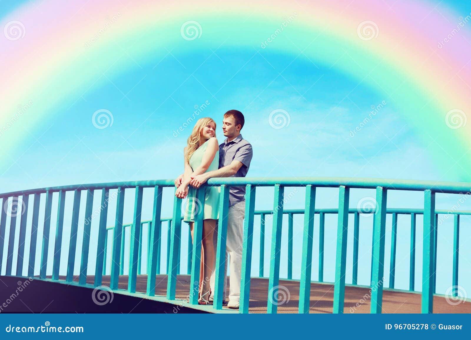 Gelukkige vrij jonge het houden van paartribunes op de brug