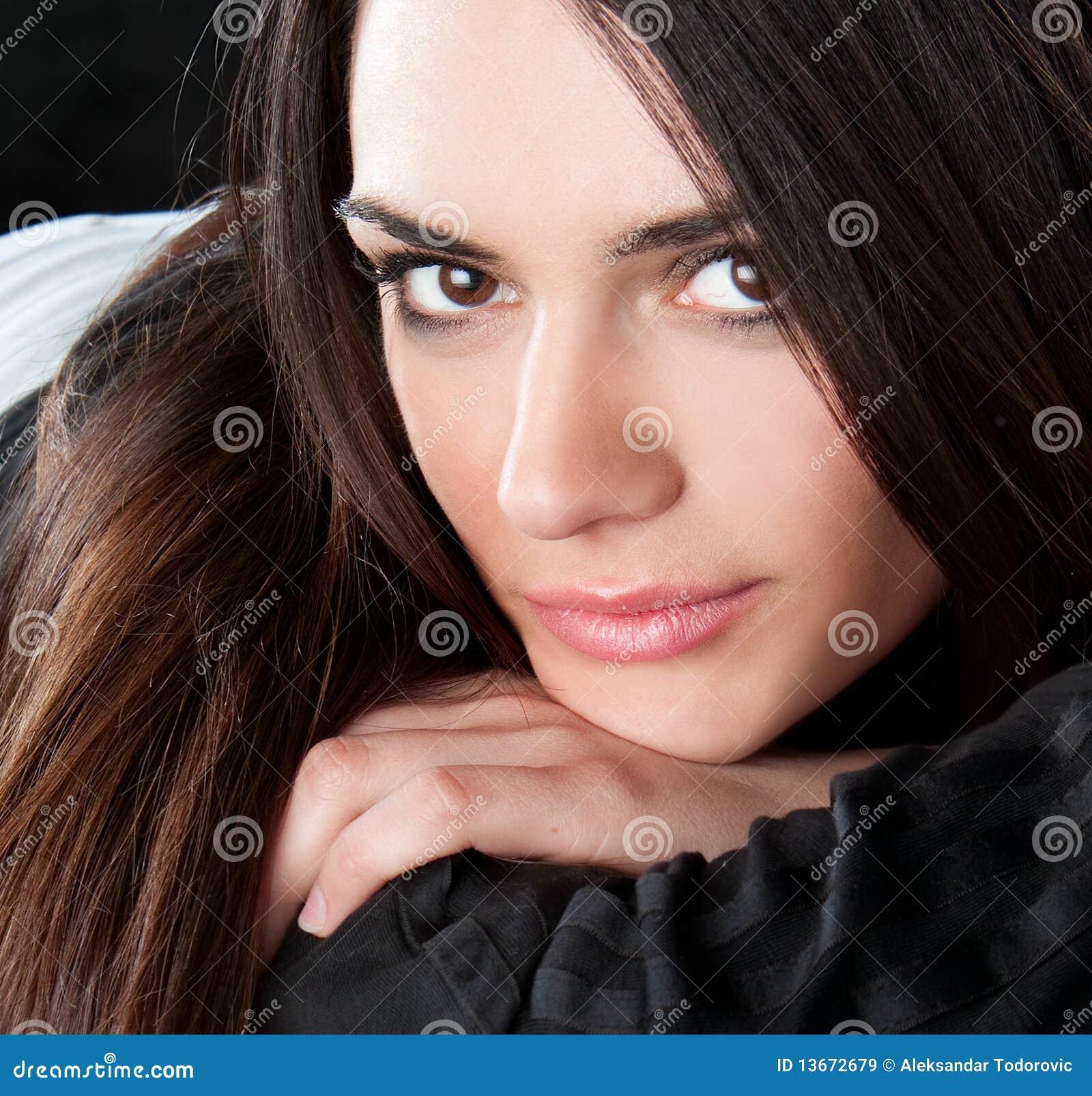 Gelukkige vrij jonge vrouw