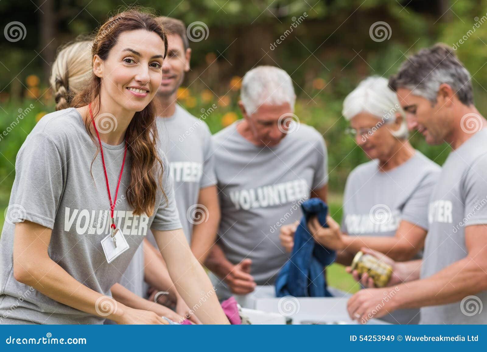 Gelukkige vrijwilliger die schenkingsdoos bekijken