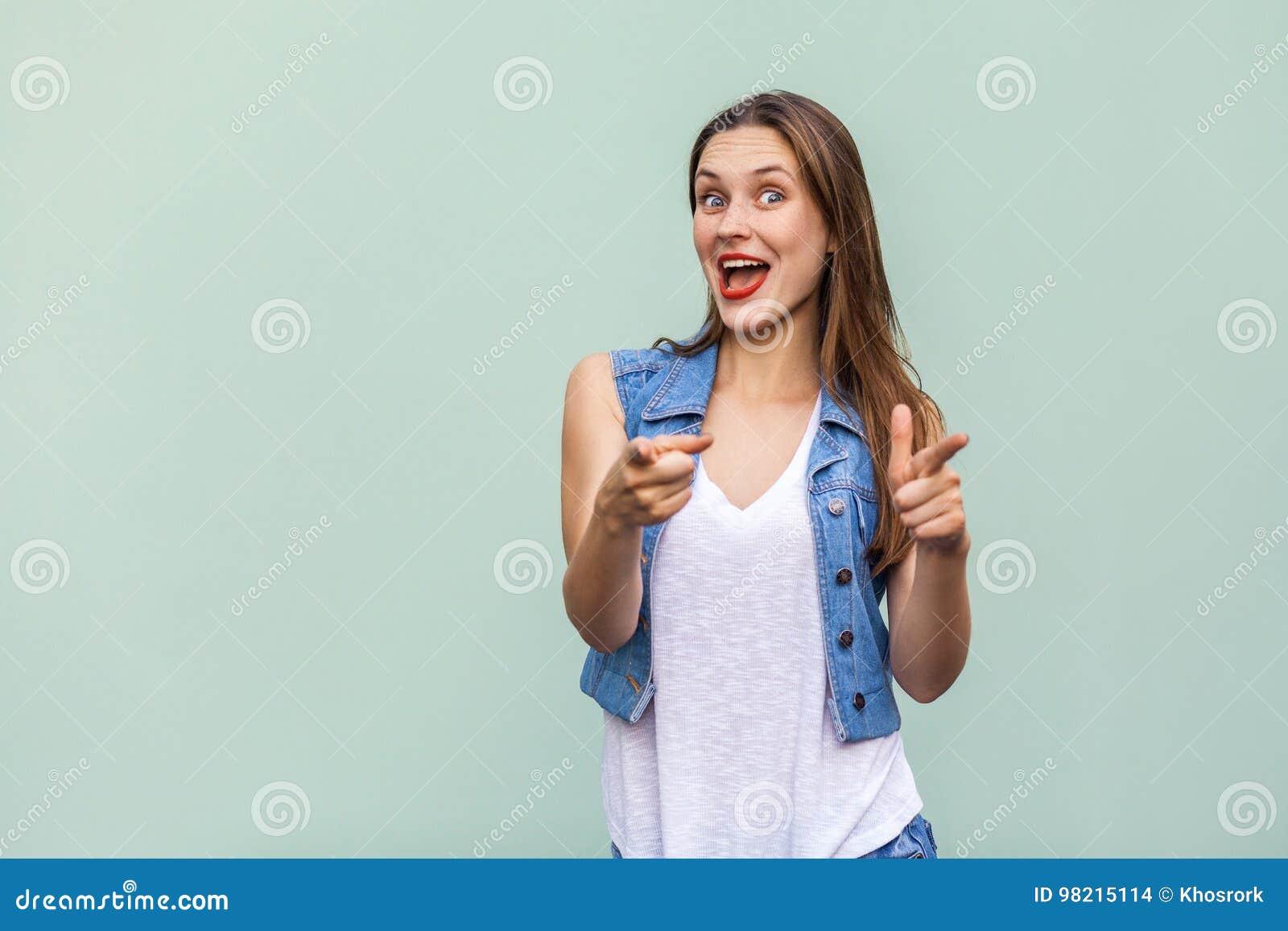 Gelukkige vrolijke tiener die met sproeten, toevallig stijl wit t-shirt en jeansjasje camera bekijken