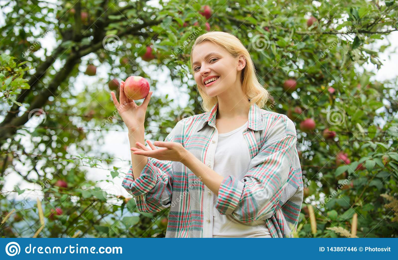 Gelukkige Vrouw die Apple eet boomgaard, tuinmanmeisje in appeltuin vitamine en het op dieet zijn voedsel Gezonde tanden honger