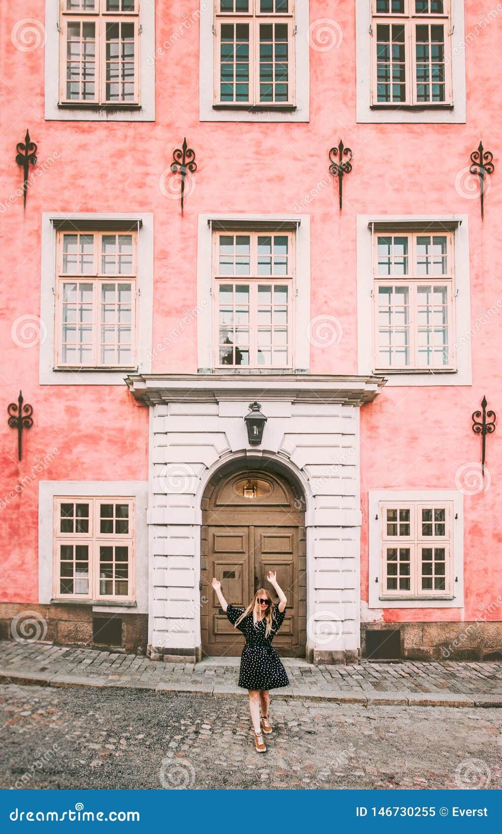 Gelukkige vrouw die in de reis van Stockholm lopen