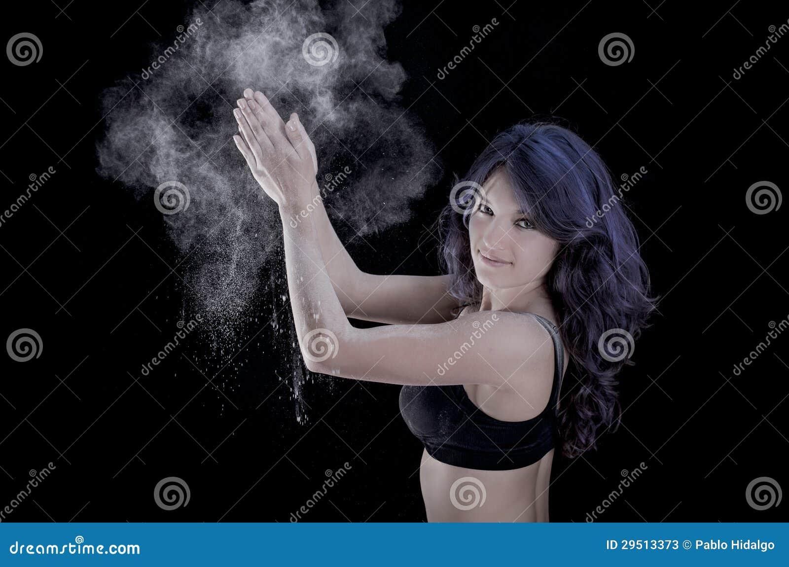 Gelukkige vrouw die handen slaan