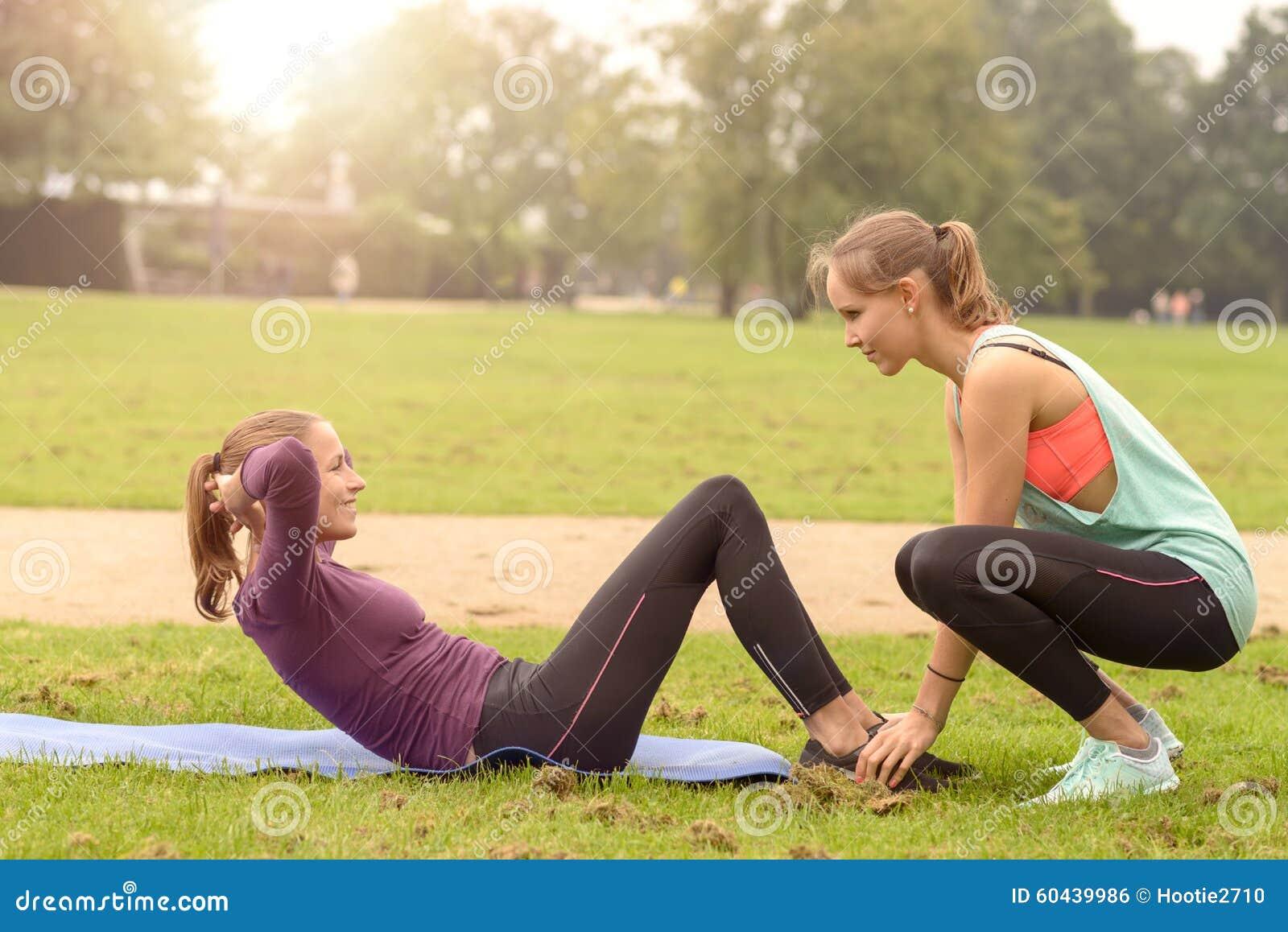 Gelukkige Vrouw die Krul op Oefening doen