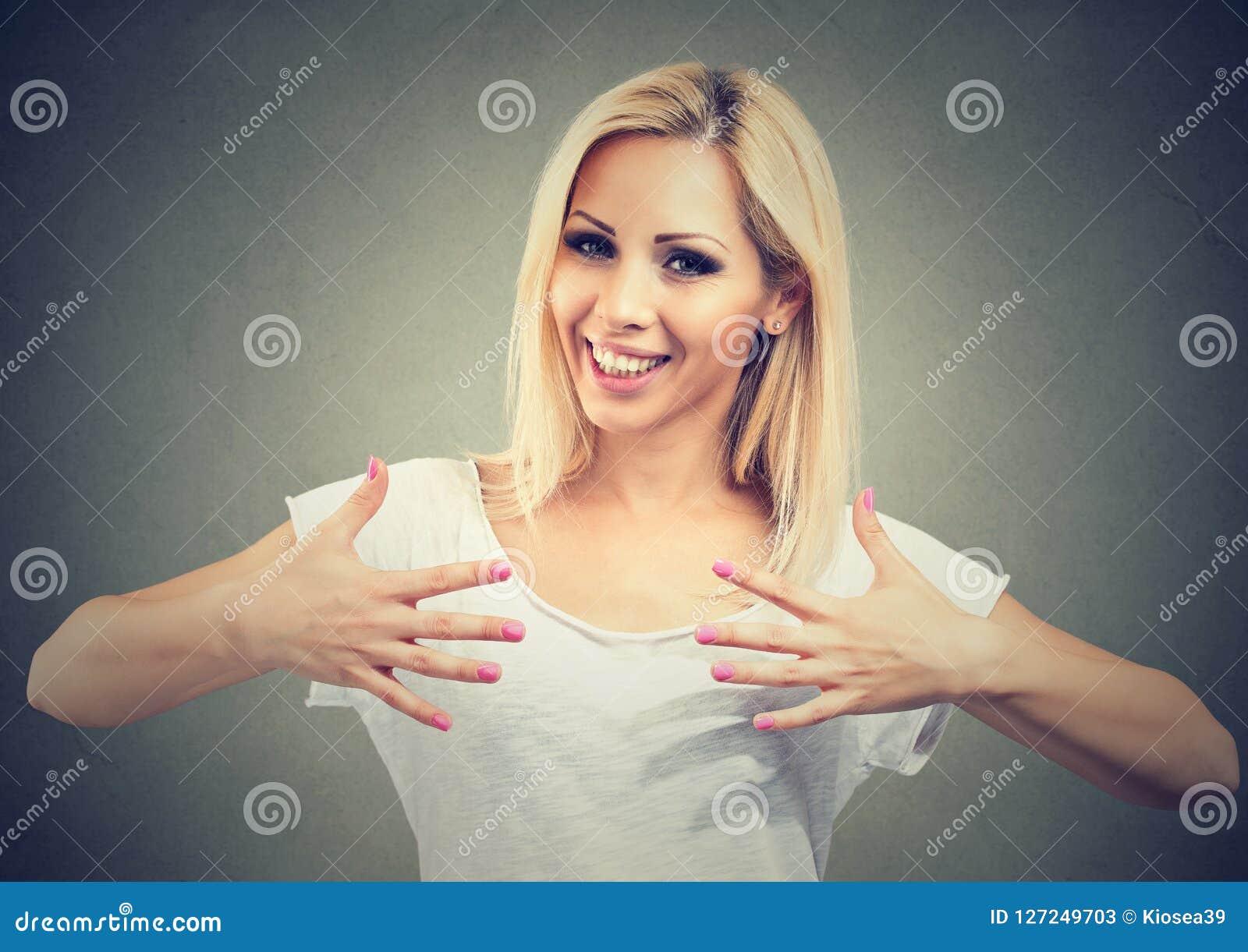 Gelukkige vrouw die mooie spijkers tonen
