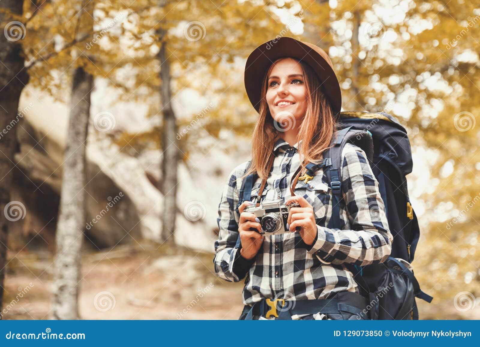 Gelukkige Vrouw die op Forest Views kijken