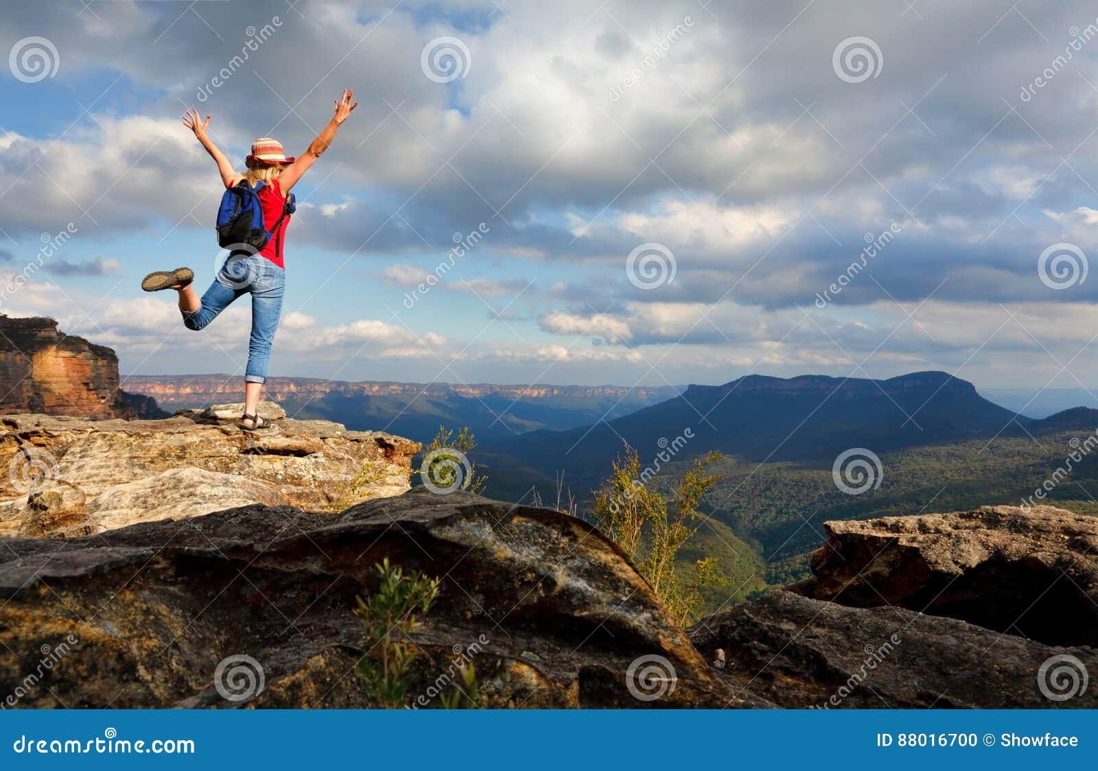 Gelukkige Vrouw die opgetogenheid, vreugde, succes, verwezenlijking voelen