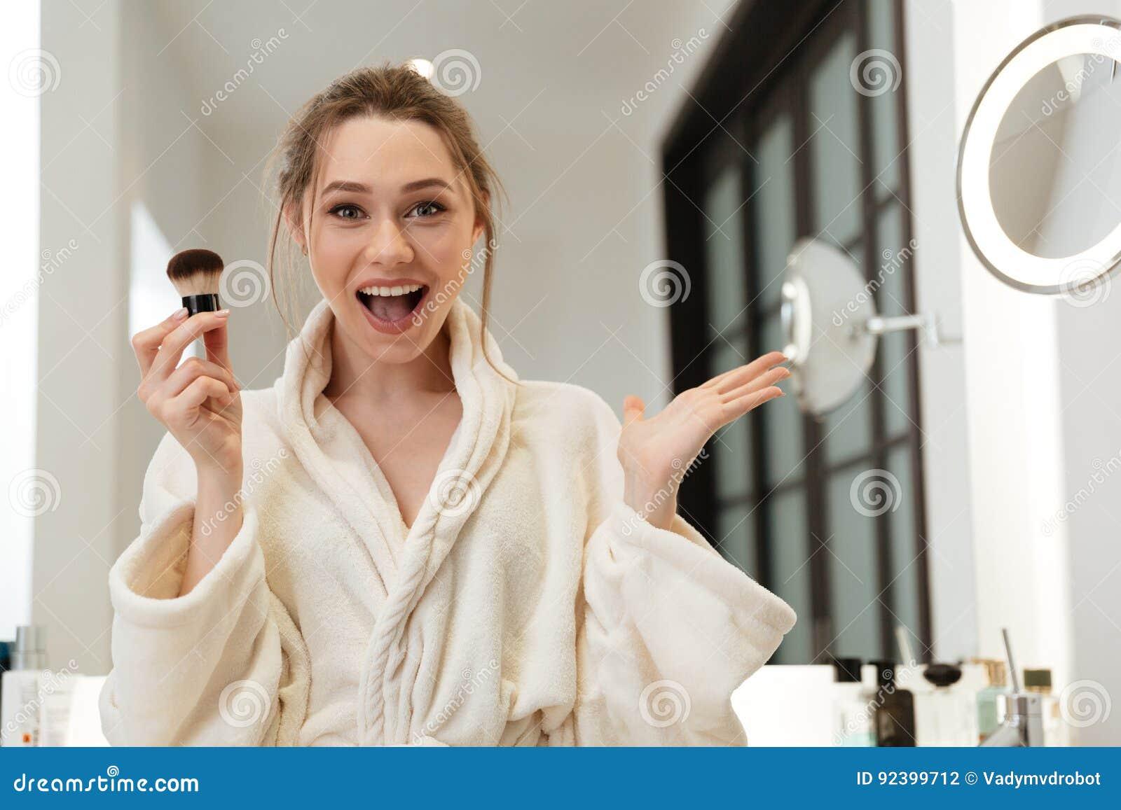 Gelukkige Vrouw Die Poederborstel Toepassen En Make-up In Badkamers ...