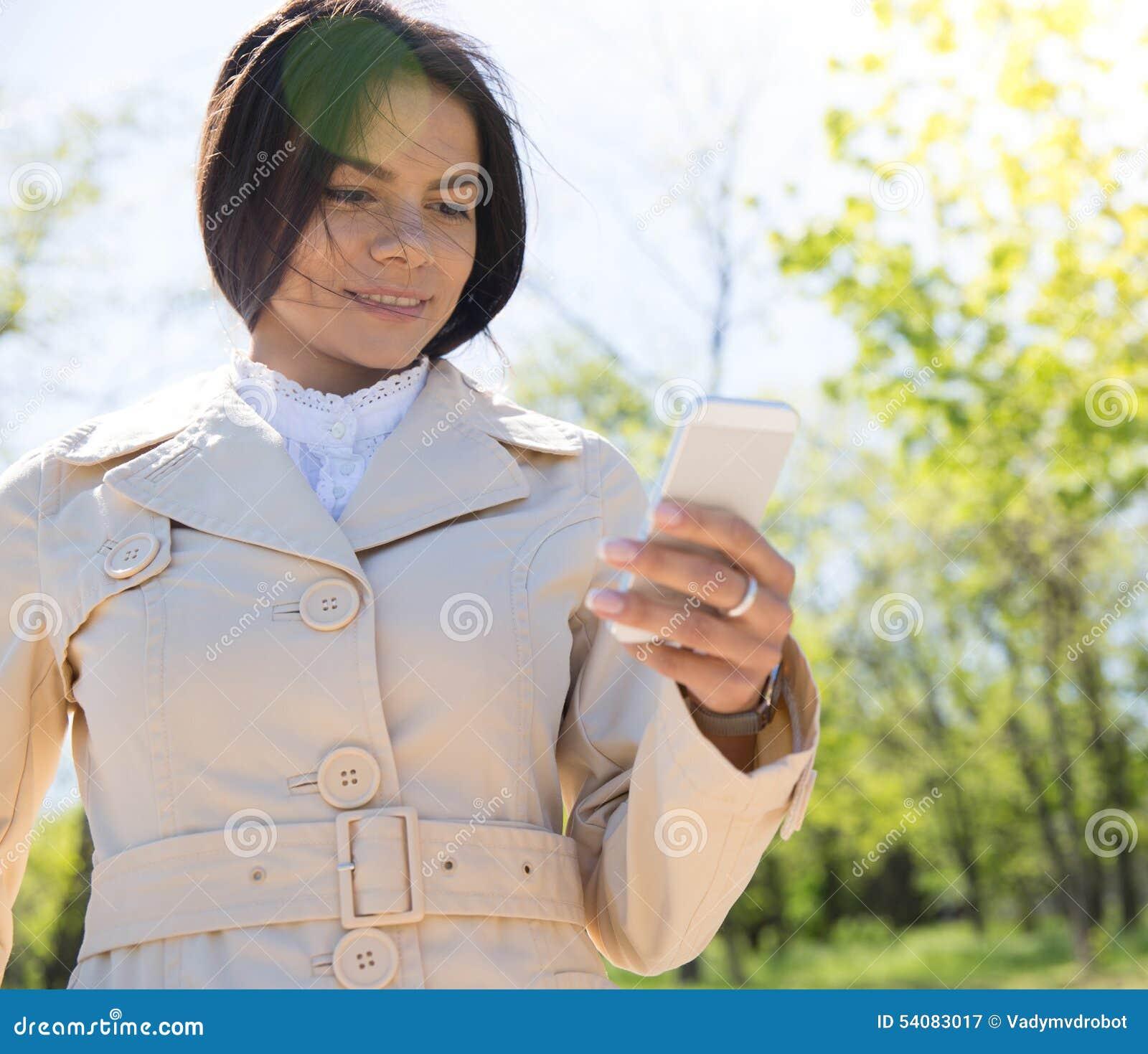 Gelukkige vrouw die smartphone gebruiken