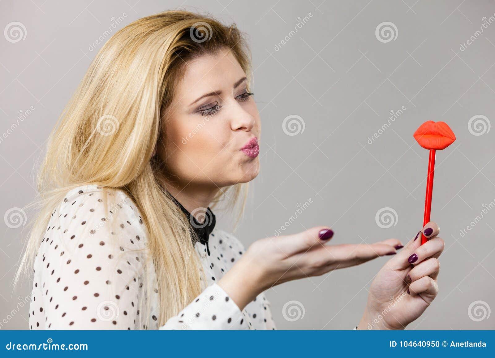 Download Gelukkige Vrouw Die Valse Lippen Op Stok Houden Stock Foto - Afbeelding bestaande uit toebehoren, lucht: 104640950