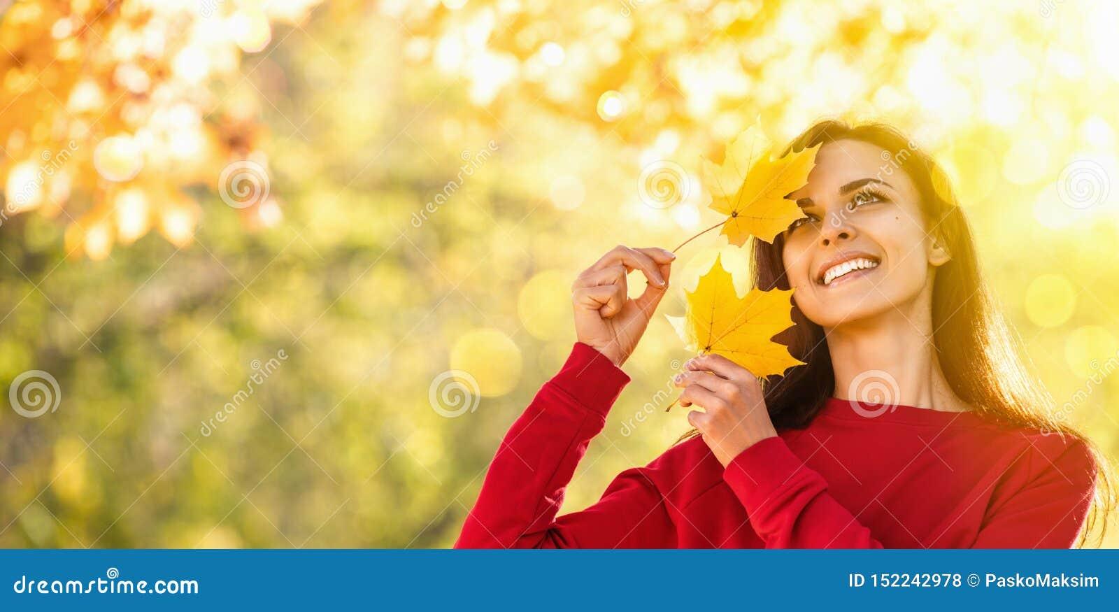 Gelukkige Vrouw die van het Leven in de Herfst genieten