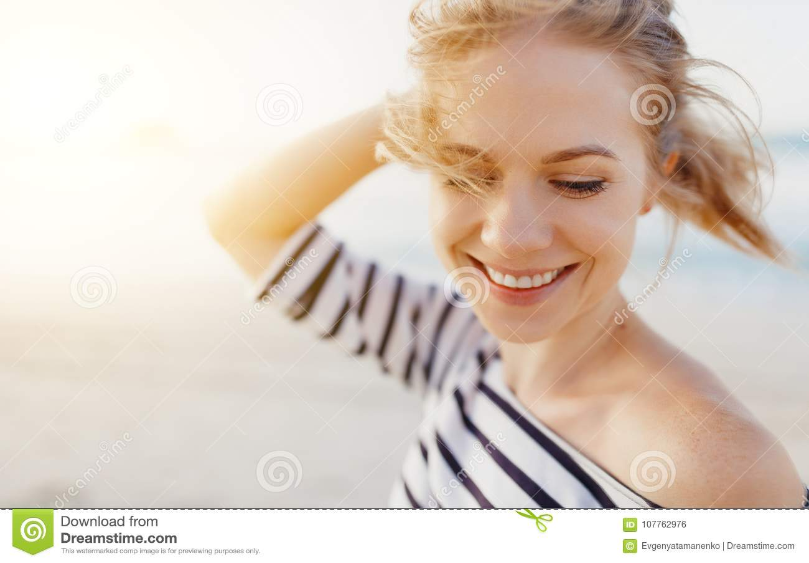 Gelukkige vrouw die van vrijheid en lach op overzees genieten