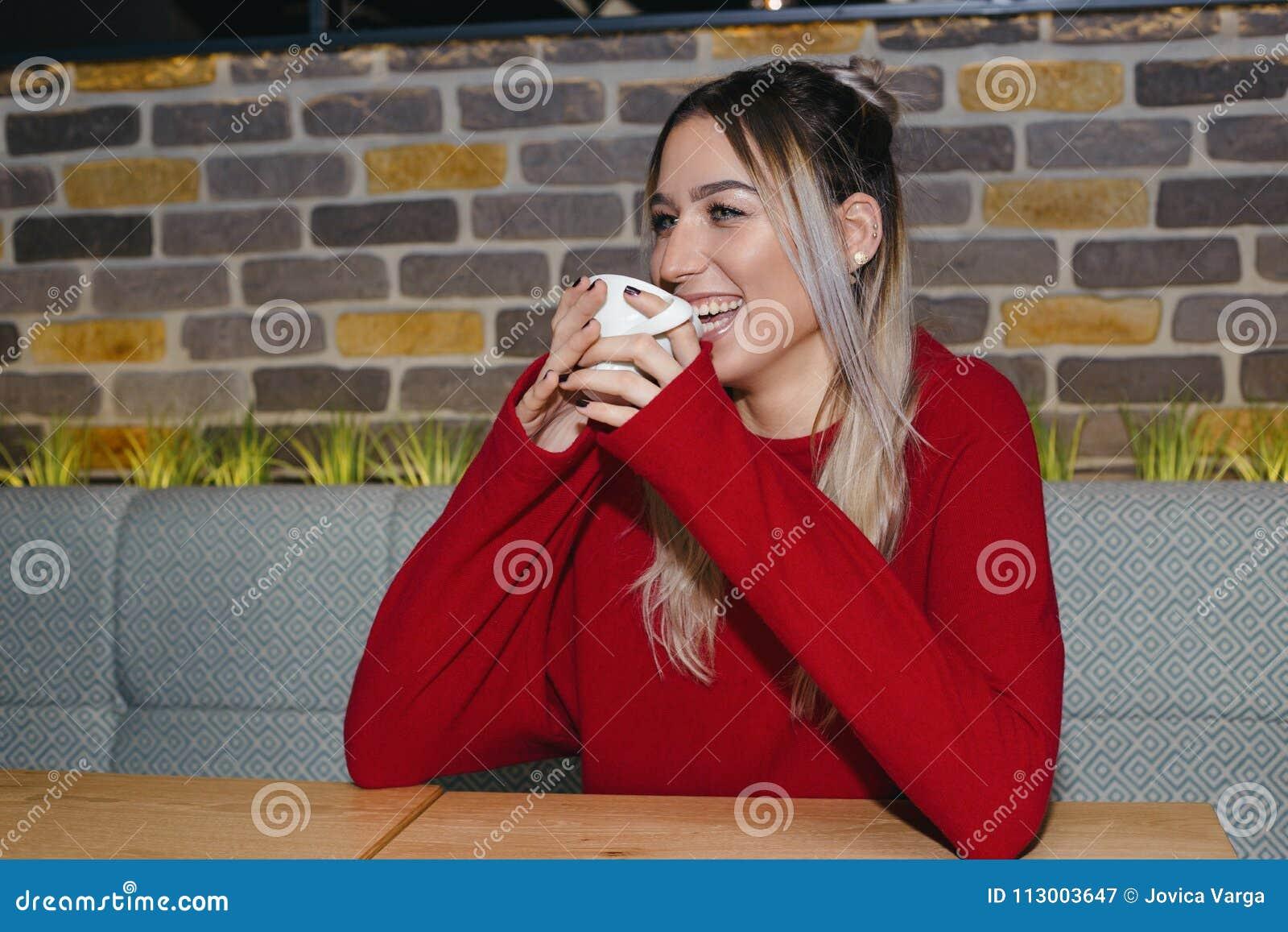 Gelukkige vrouw het drinken koffie