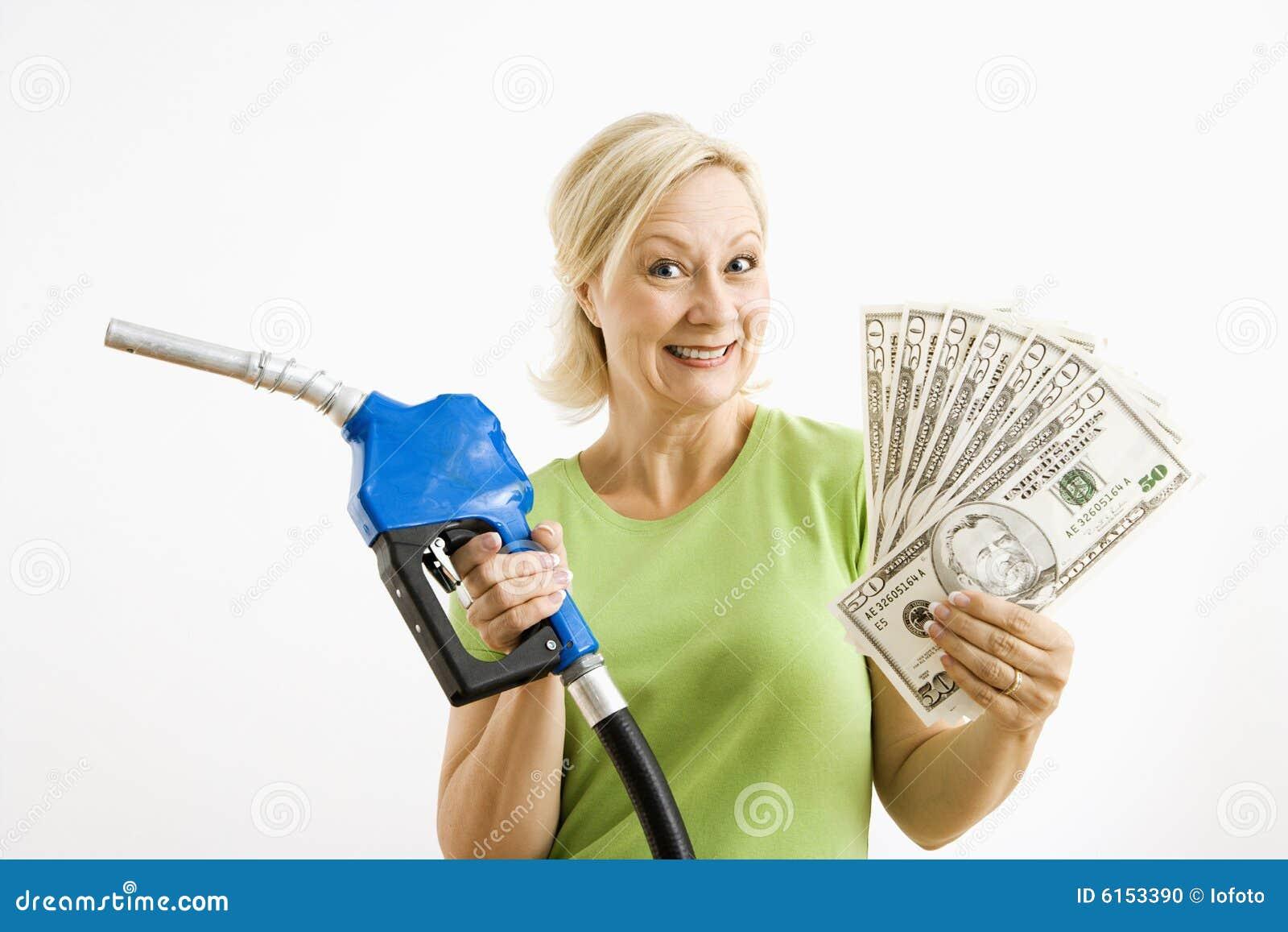 Gelukkige vrouw met benzinepomp en geld.