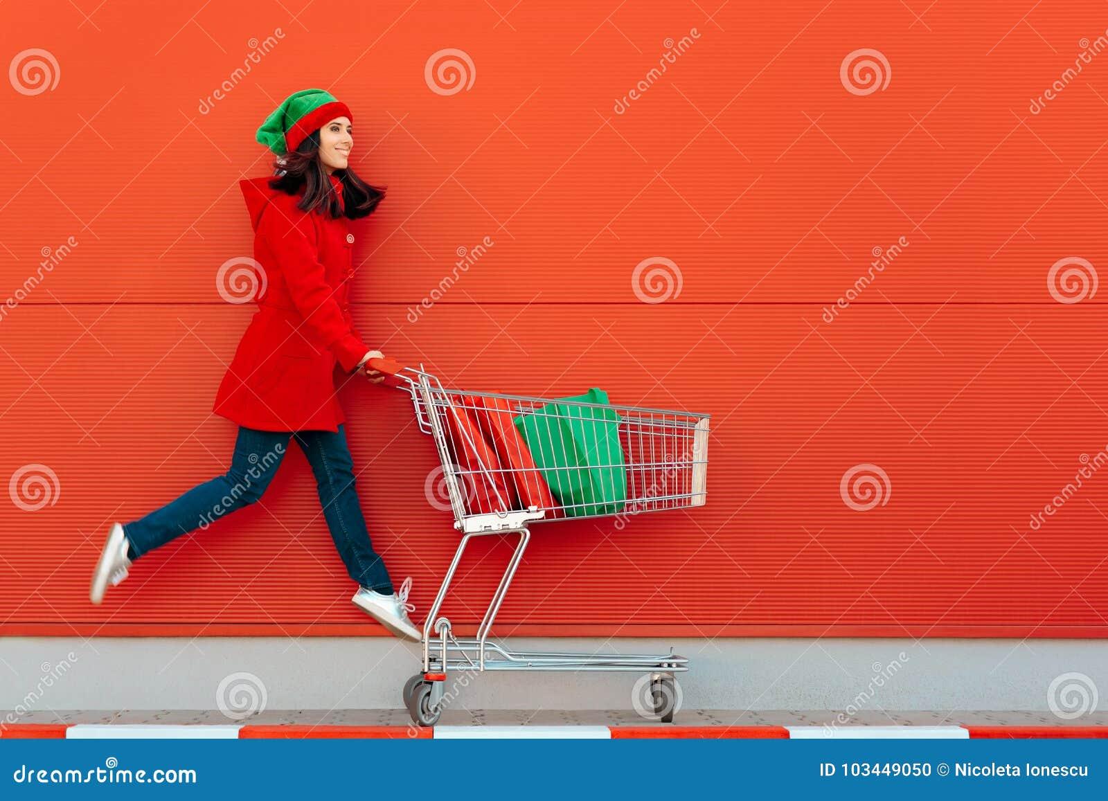 Gelukkige Vrouw met Boodschappenwagentje Klaar voor Kerstmisverkoop