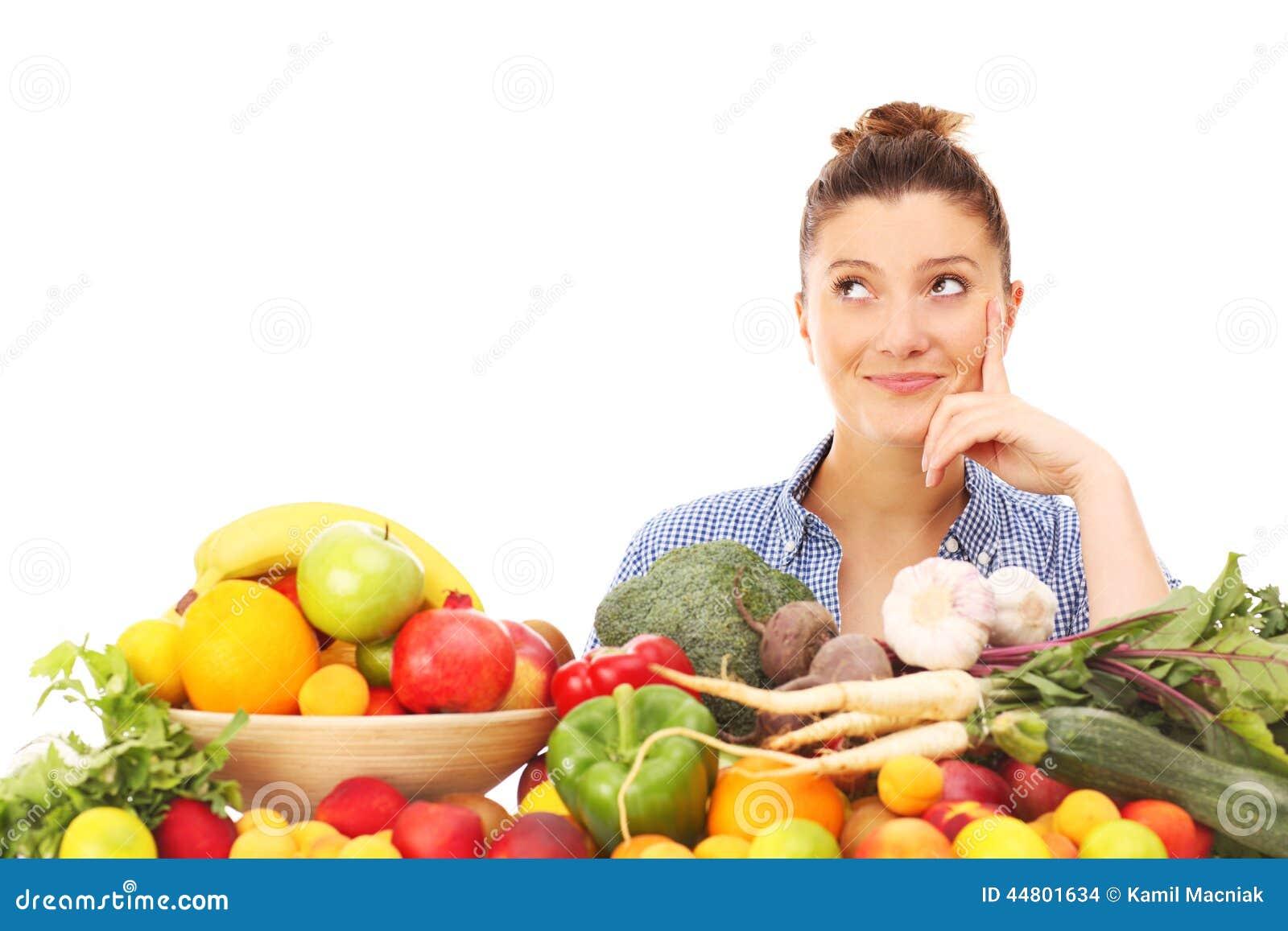 Gelukkige vrouw met groenten en vruchten