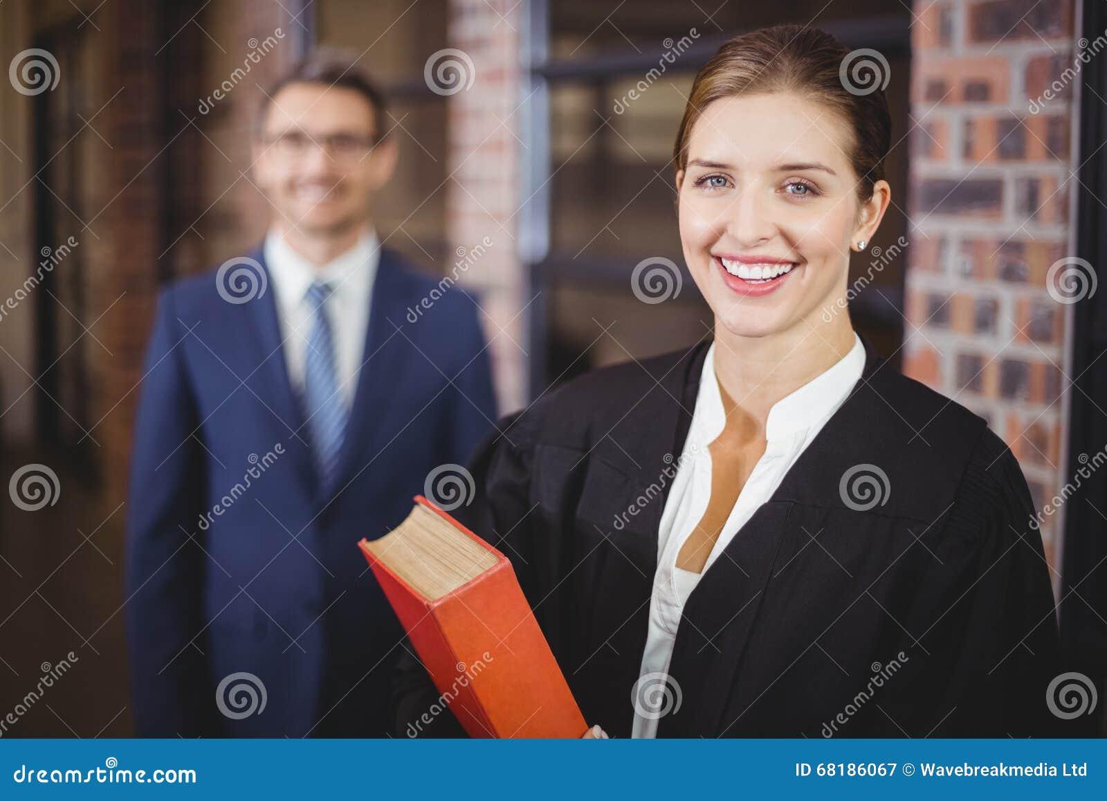 Gelukkige vrouwelijke advocaat met zakenman