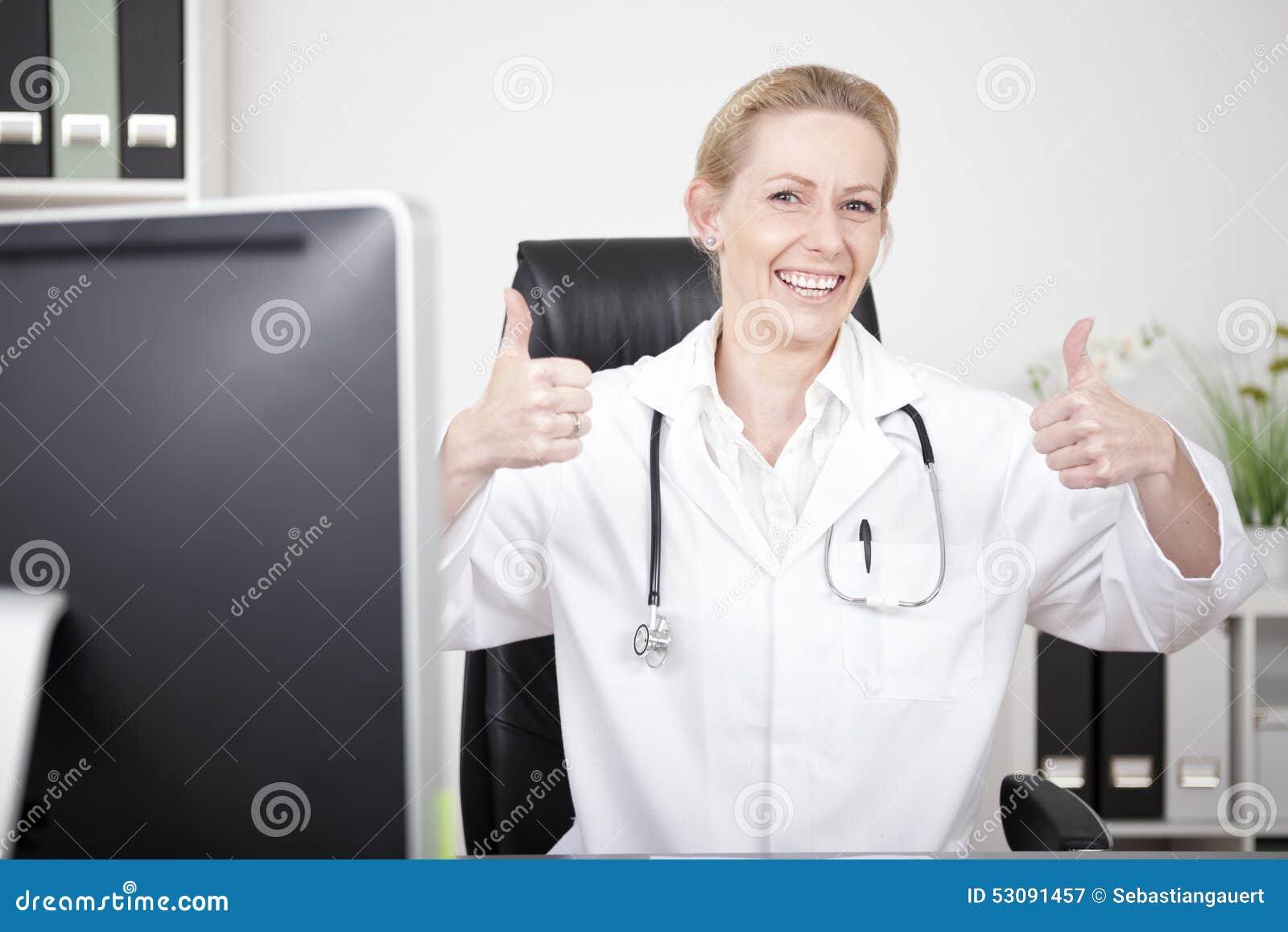 Gelukkige Vrouwelijke Arts Showing Two Thumbs omhoog