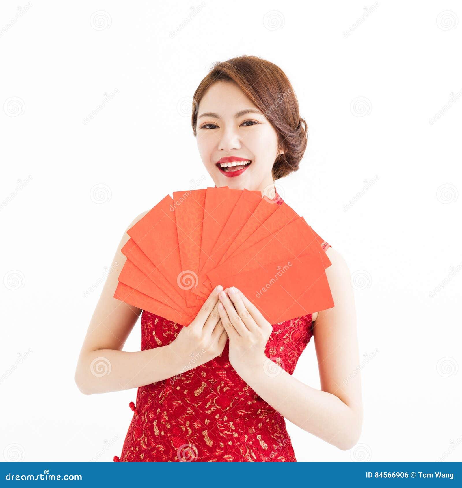 Gelukkige vrouwenslijtage cheongsam en tonend Rode enveloppen