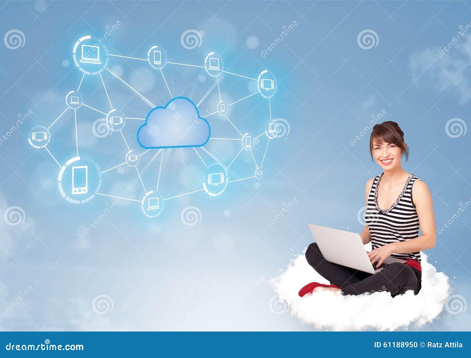 Gelukkige vrouwenzitting op wolk met wolk gegevensverwerking