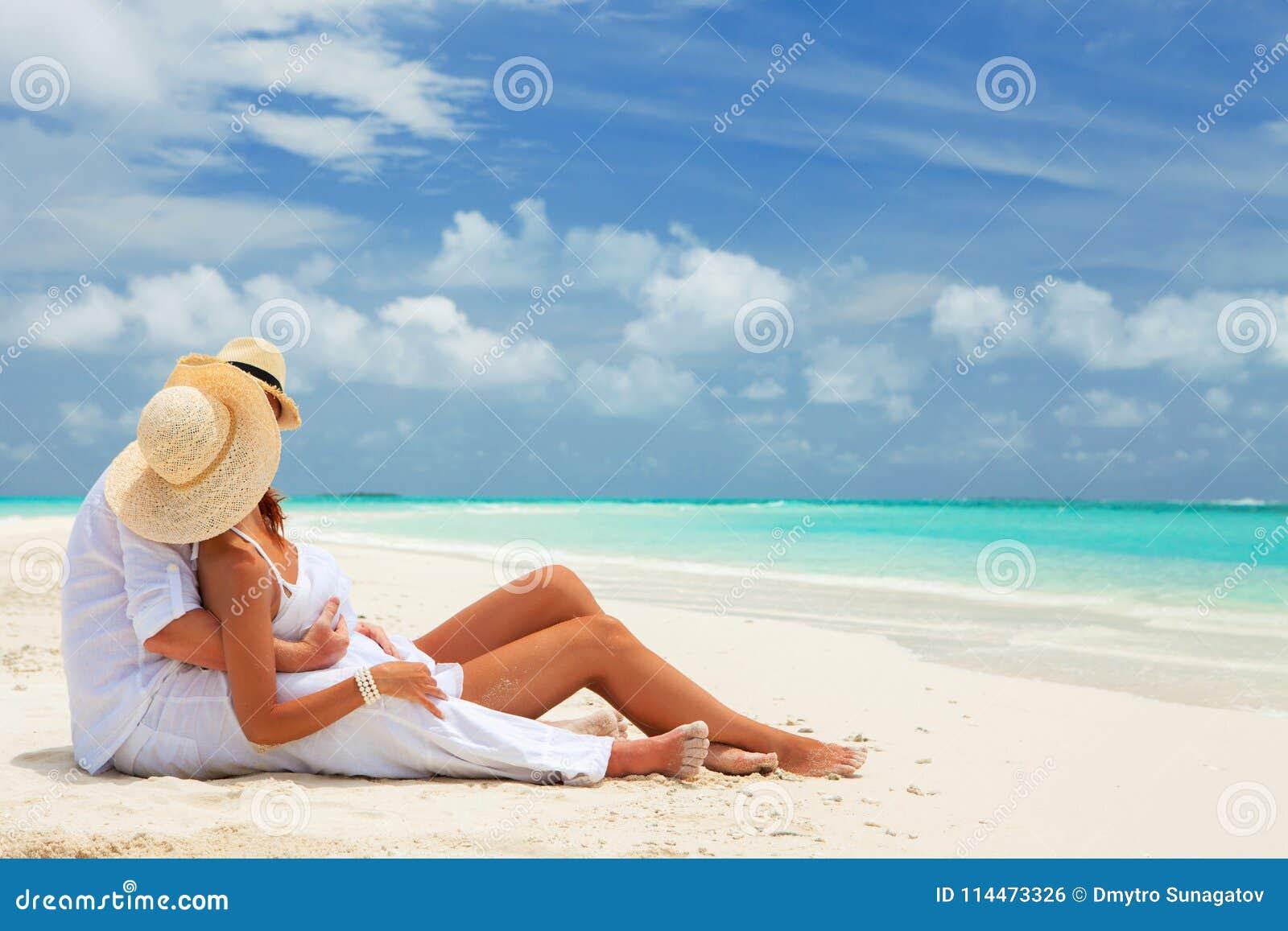 Gelukkige wittebroodswekenvakantie bij Paradijs Het paar ontspant