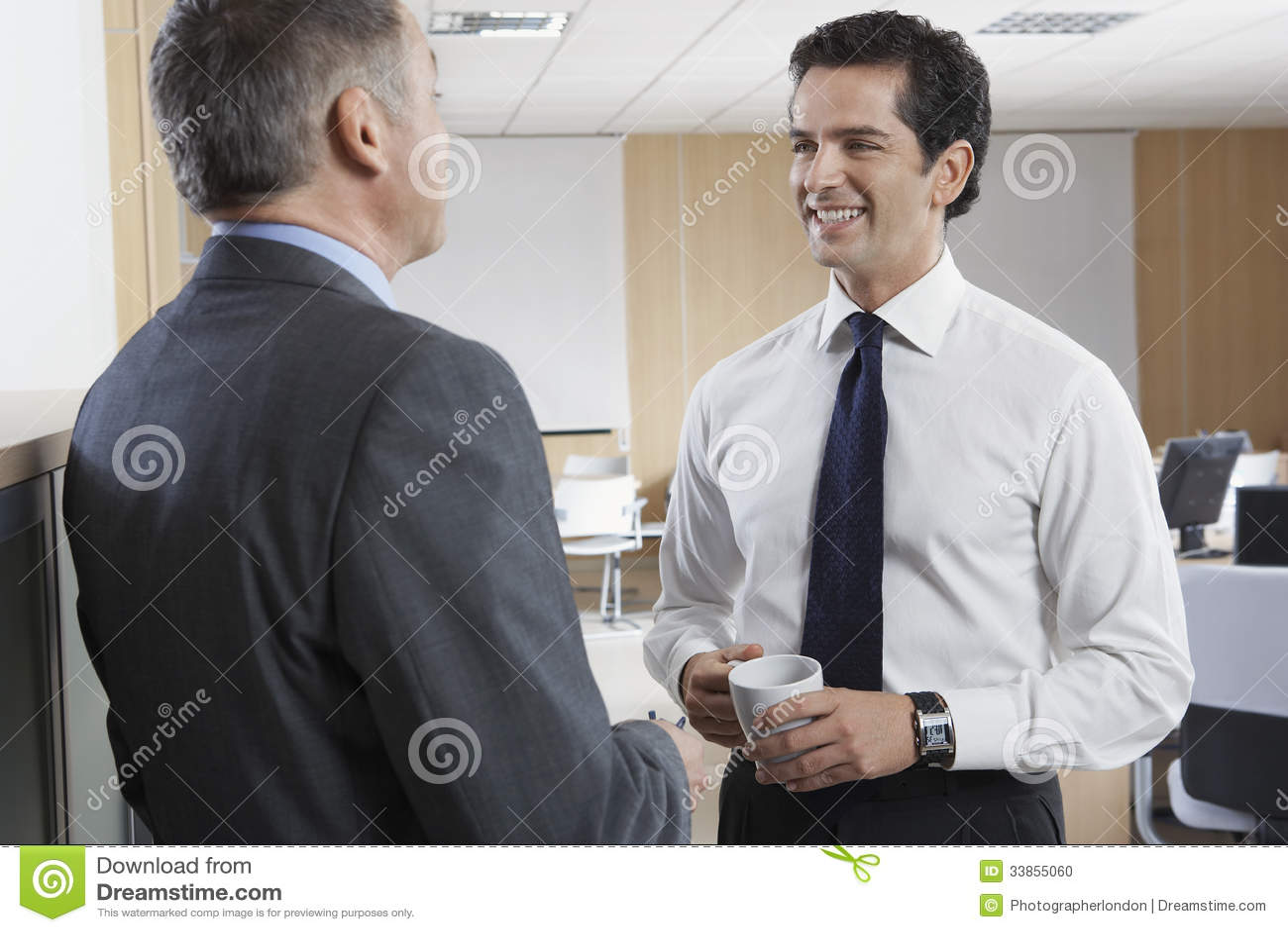 Gelukkige Zakenman Communicating With Colleague
