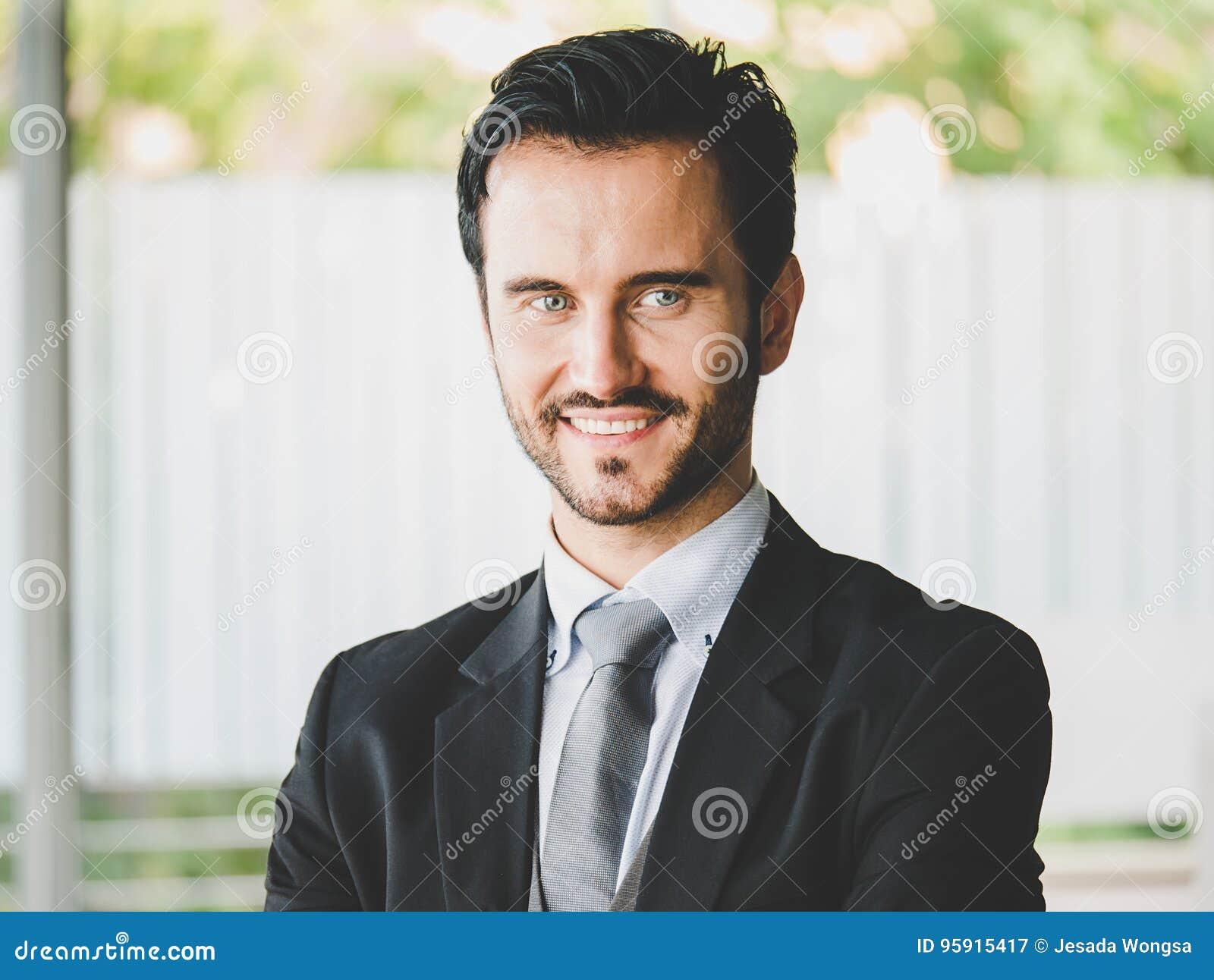 Gelukkige zakenman die de camera bekijken, beambte, economisch besluiten