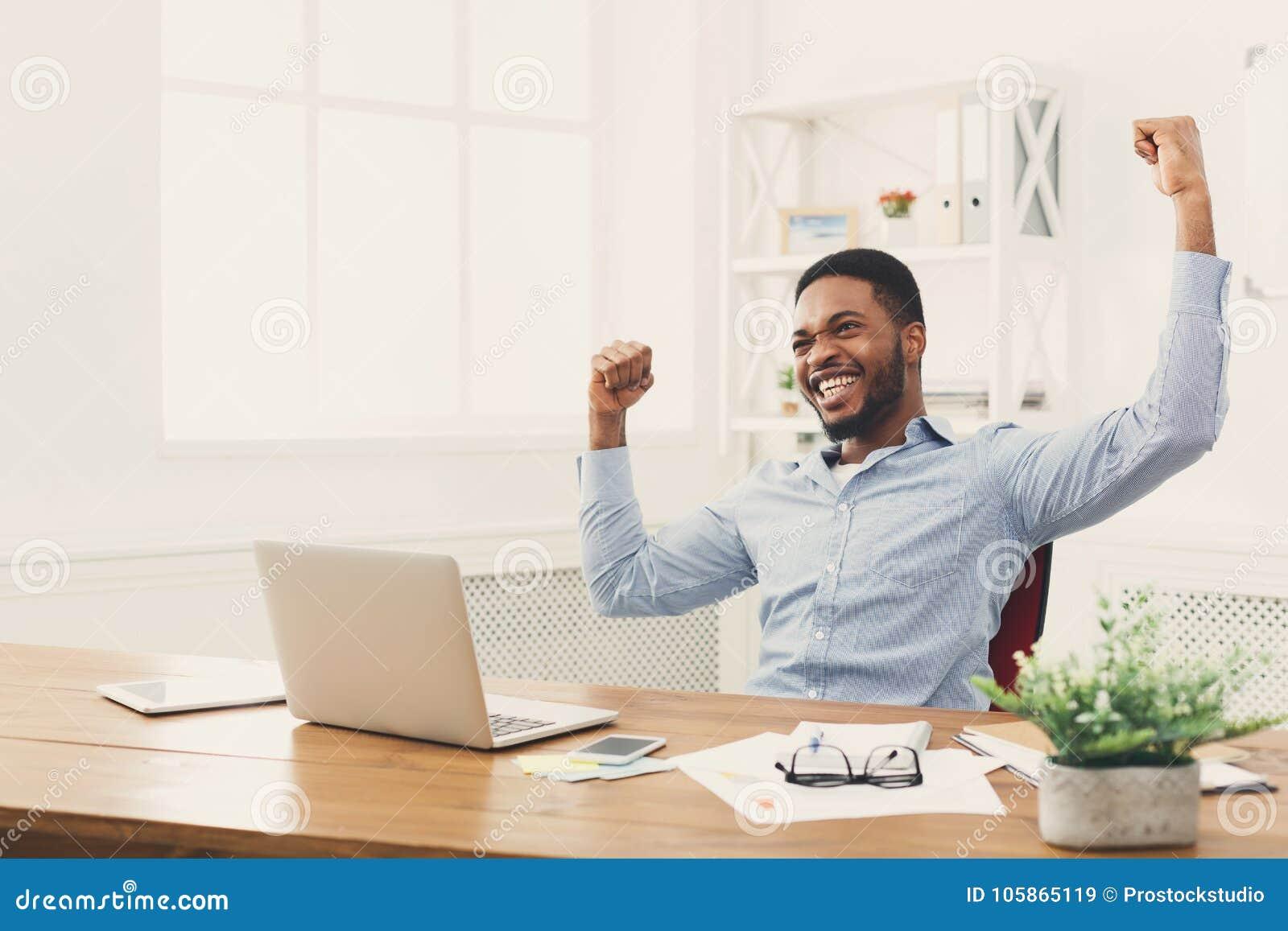 Gelukkige zakenmanwinst Winnaar, zwarte mens in bureau