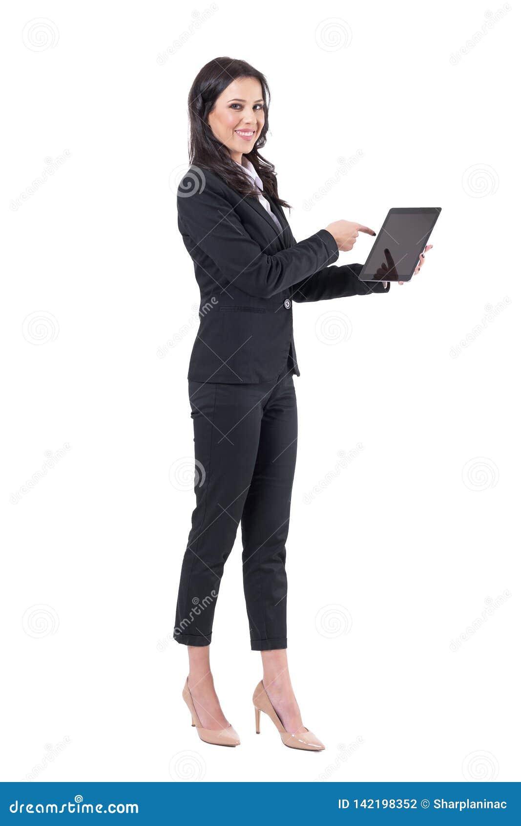 Gelukkige zekere bedrijfsvrouw die vinger richten op zwart tablettouch screen