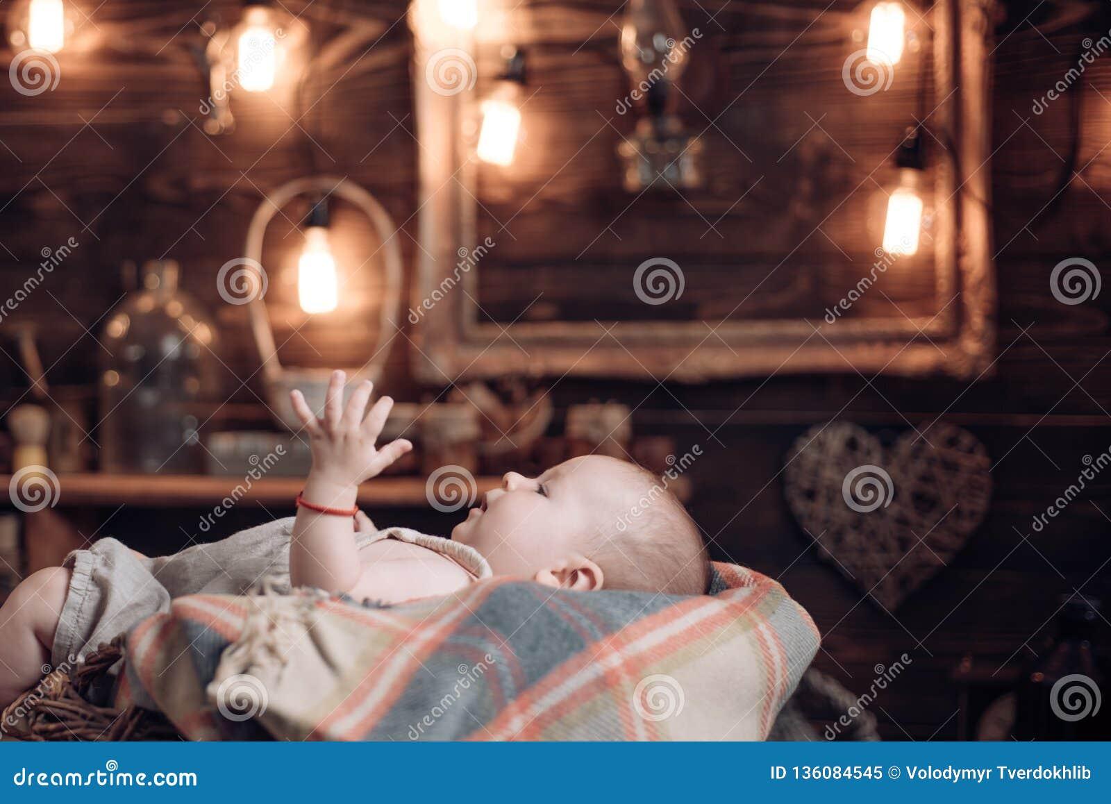 Gelukkige zwangerschap Portret van gelukkig weinig kind Familie Kinderverzorging De Dag van kinderen kinderjaren en geluk Klein m