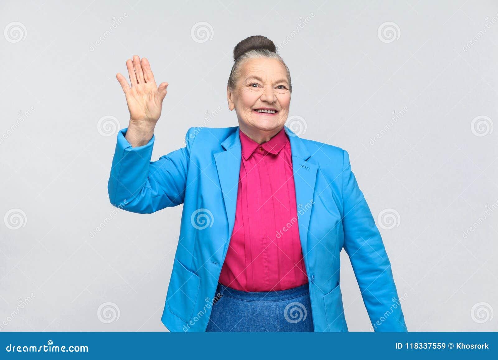 Gelukvrouw die hallo teken en het toothy glimlachen tonen