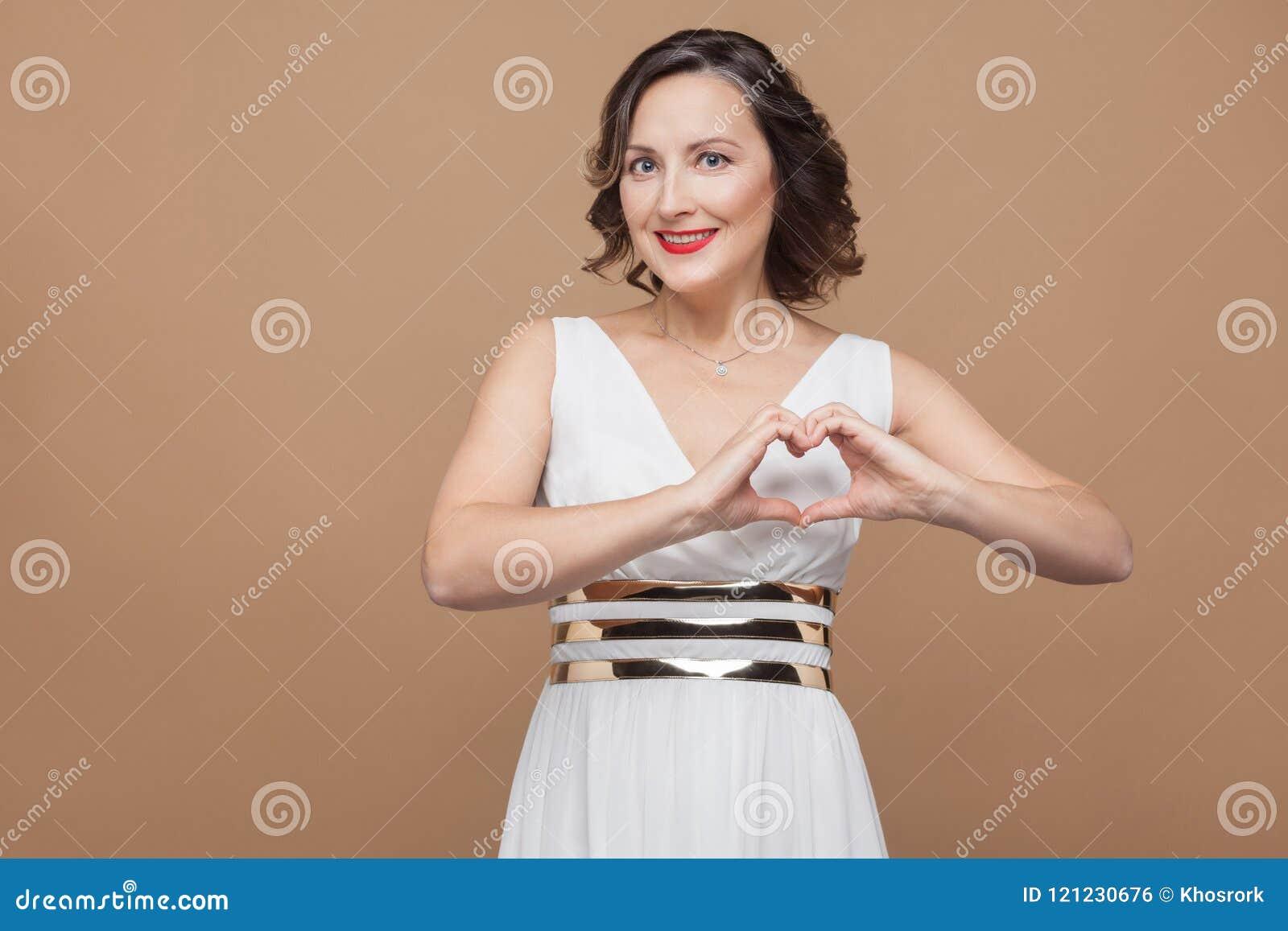 Gelukvrouw die hartvorm tonen door handen