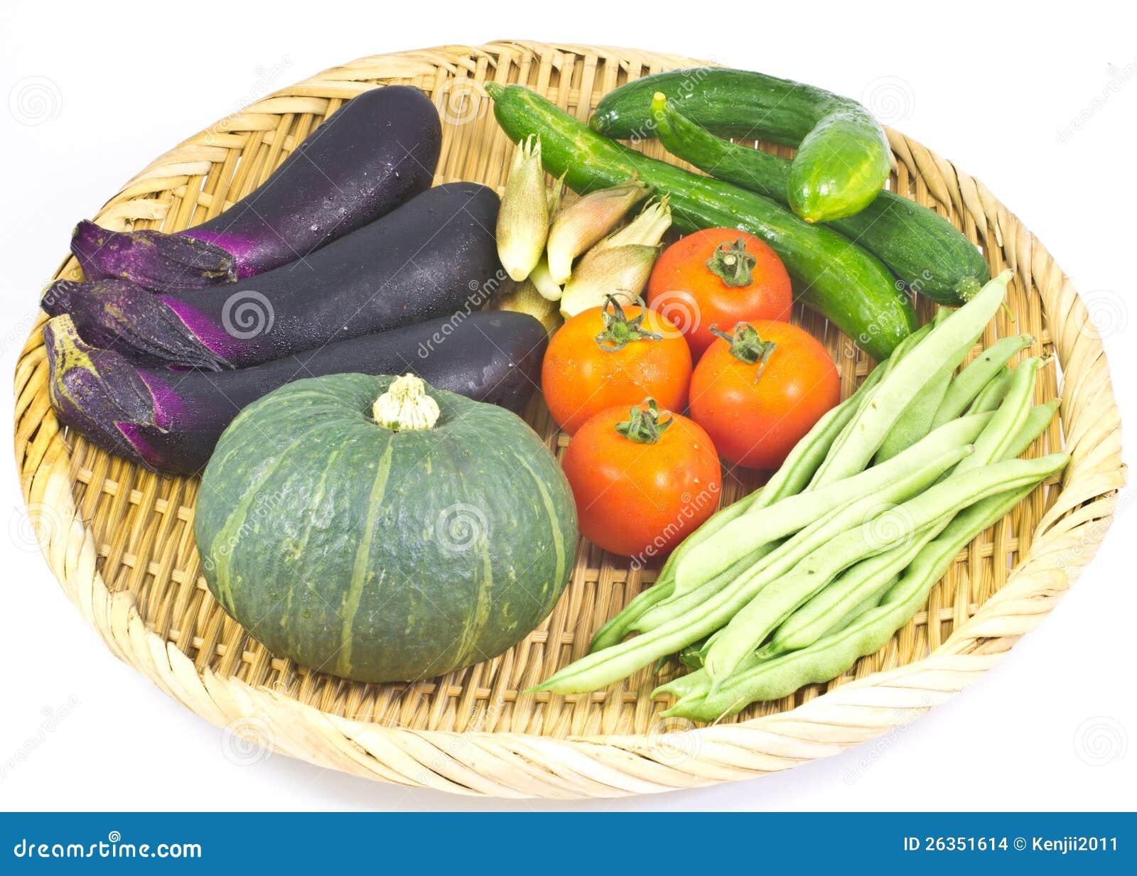 Gemüse diente in einem Bambuskorb