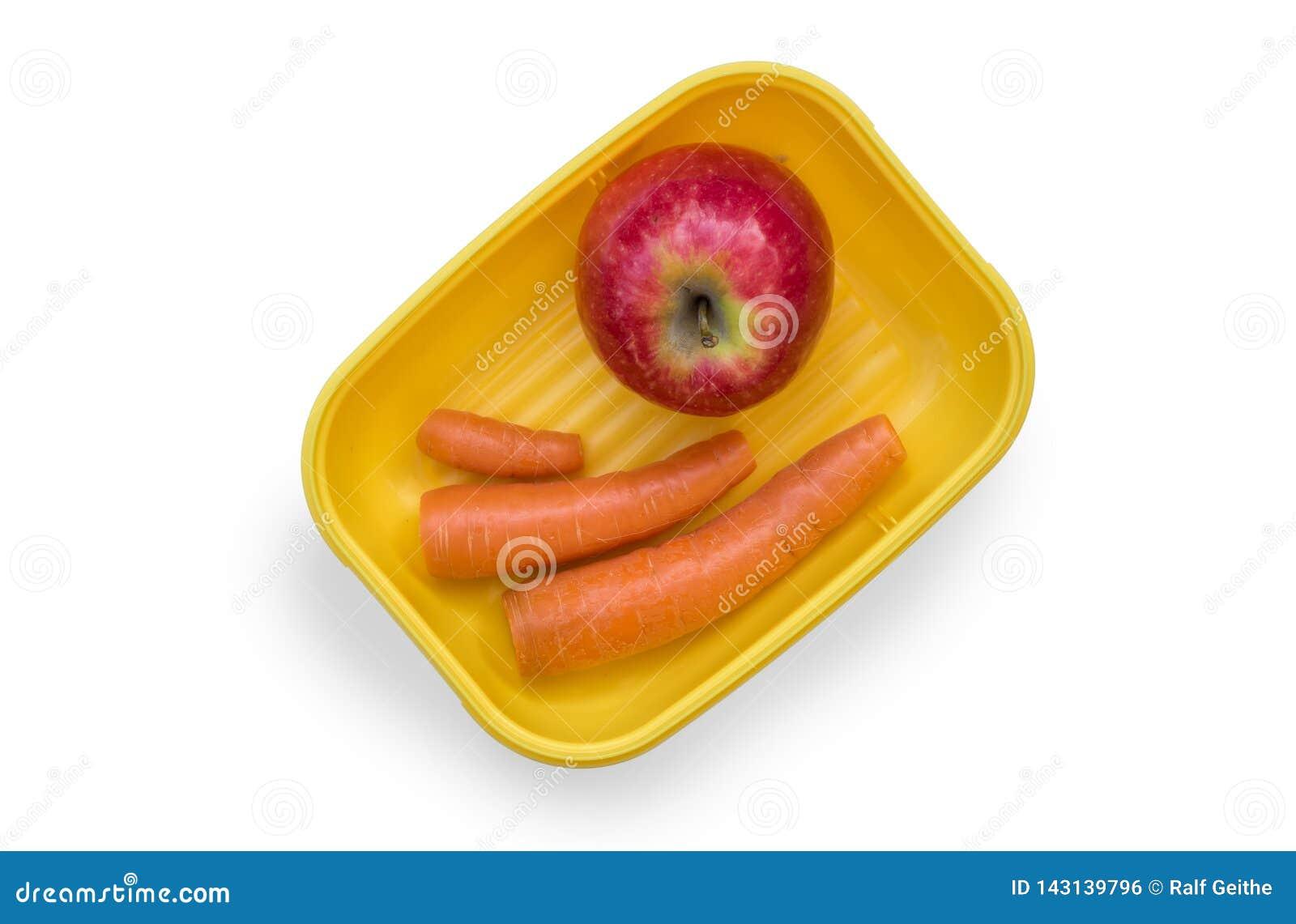 Gemüse in einem Brotzinn auf einem weißen Hintergrund als gesunden und hellen Frühstück