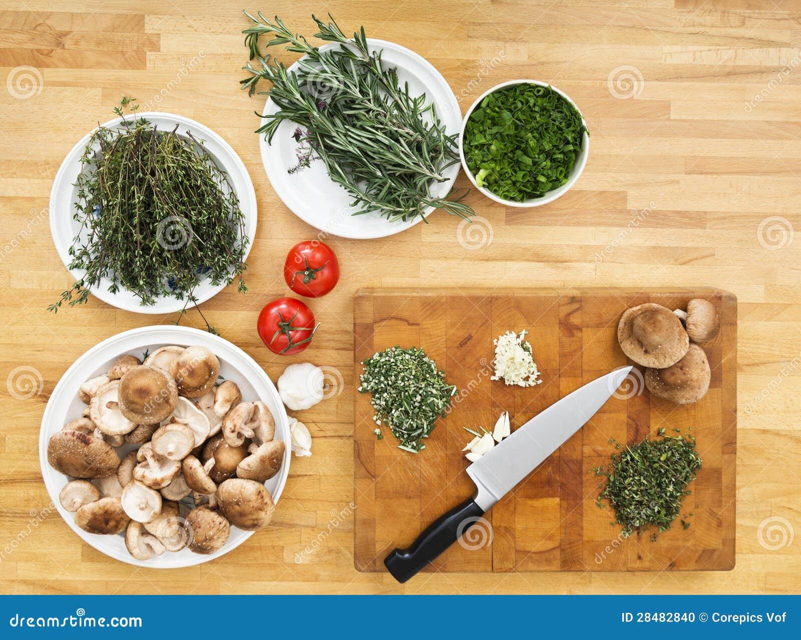 Gemüse und hackender Vorstand auf Küchenarbeitsplatte
