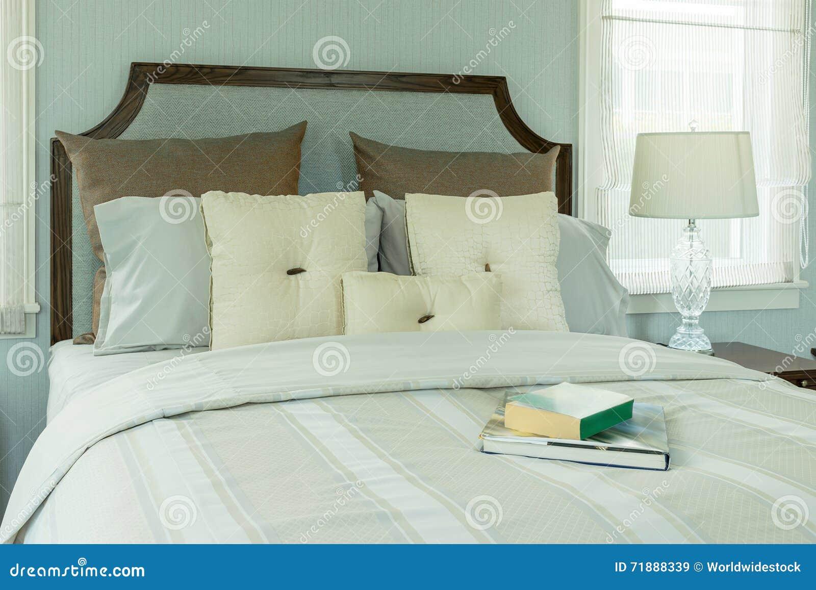 Gemütlicher Schlafzimmerinnenraum Mit Weißen Kissen Und Leselampe
