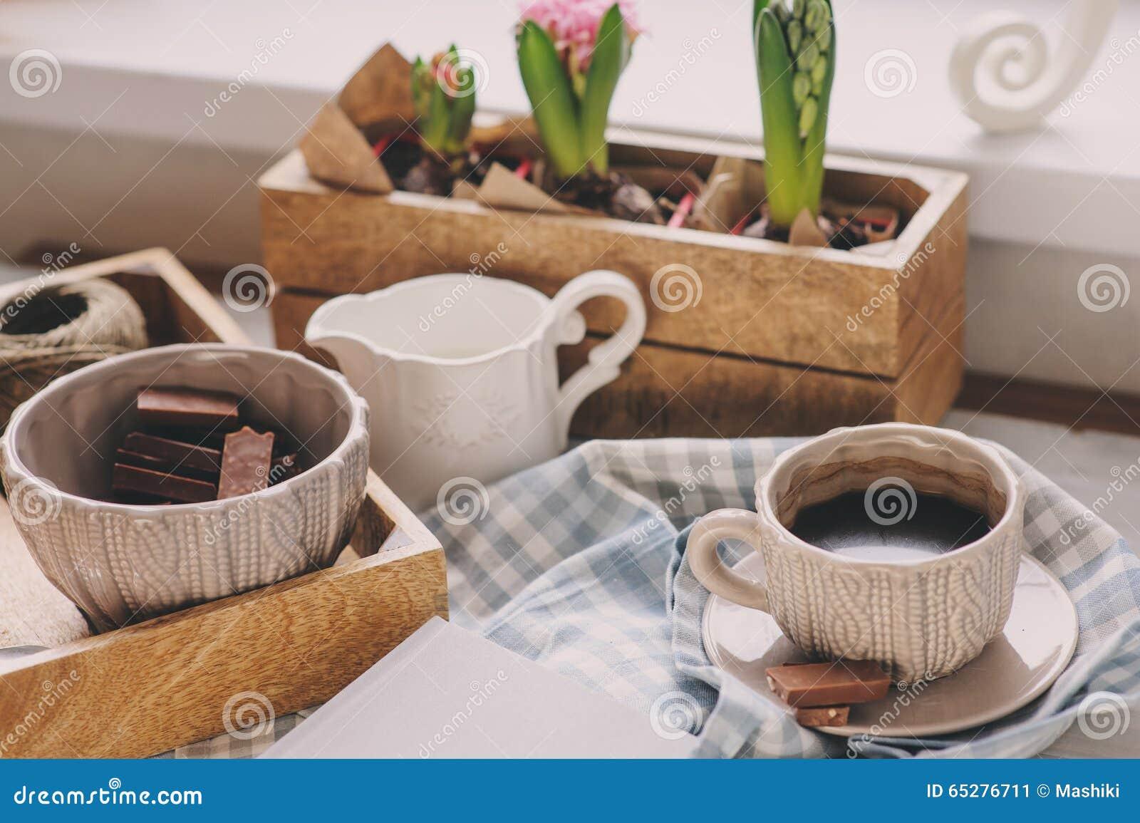 Gemütlicher Winter Oder Frühlingsmorgen Zu Hause Kaffee, Milch Und ... Blumen Behaltern Zu Hause
