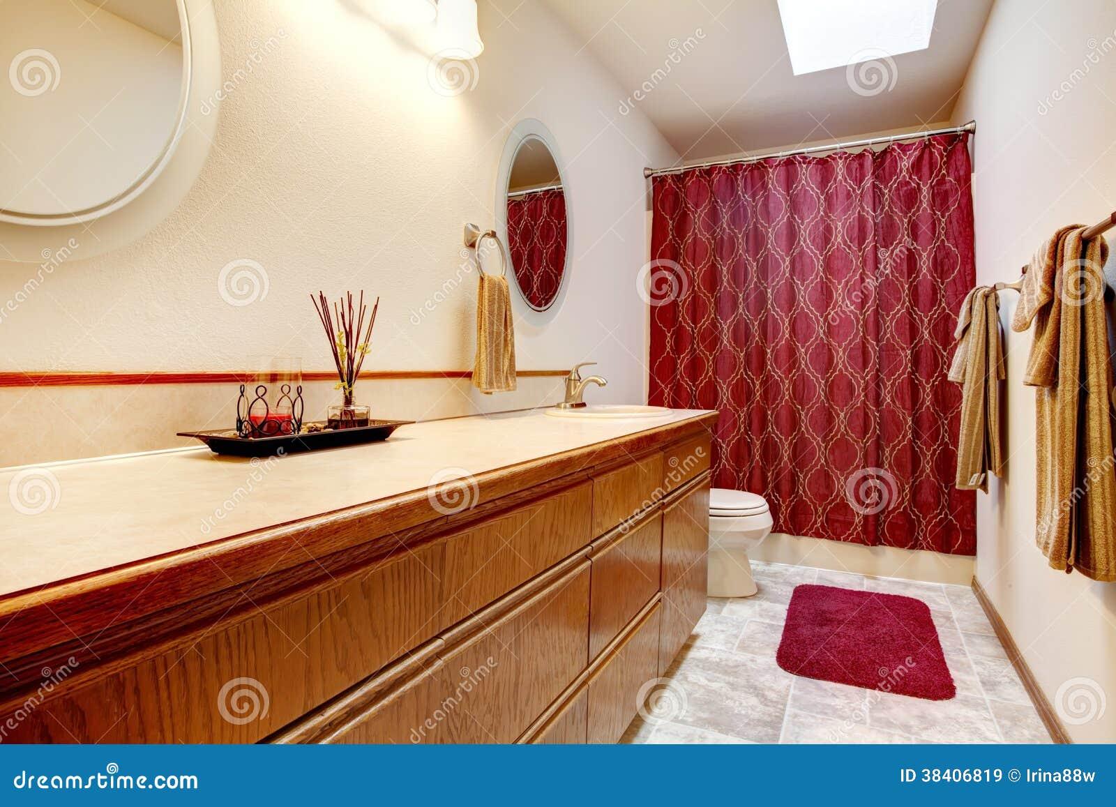 Gemütliches Badezimmer Mit Roter Wolldecke Und Vorhängen Stockbild ...