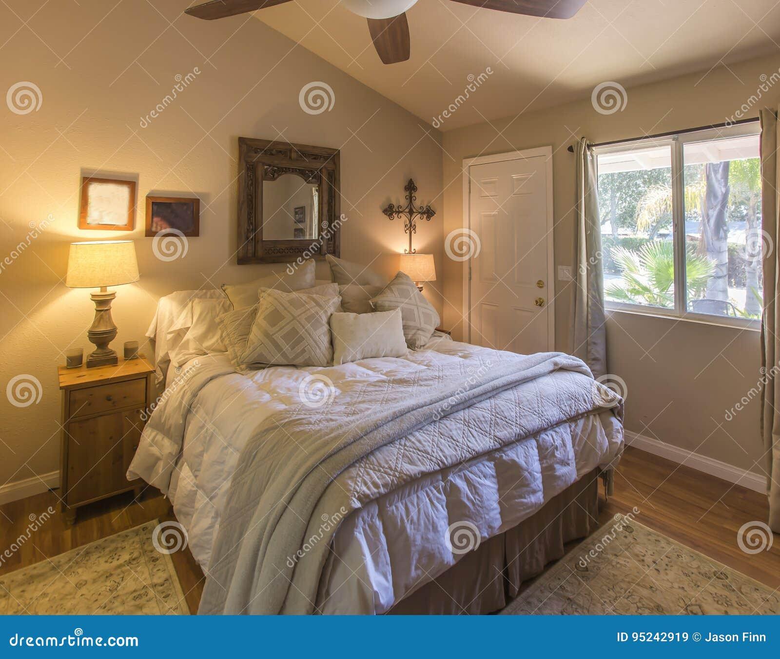 Gemütliches Bett Mit Kissen Stockbild Bild Von Haupt Lebensstile