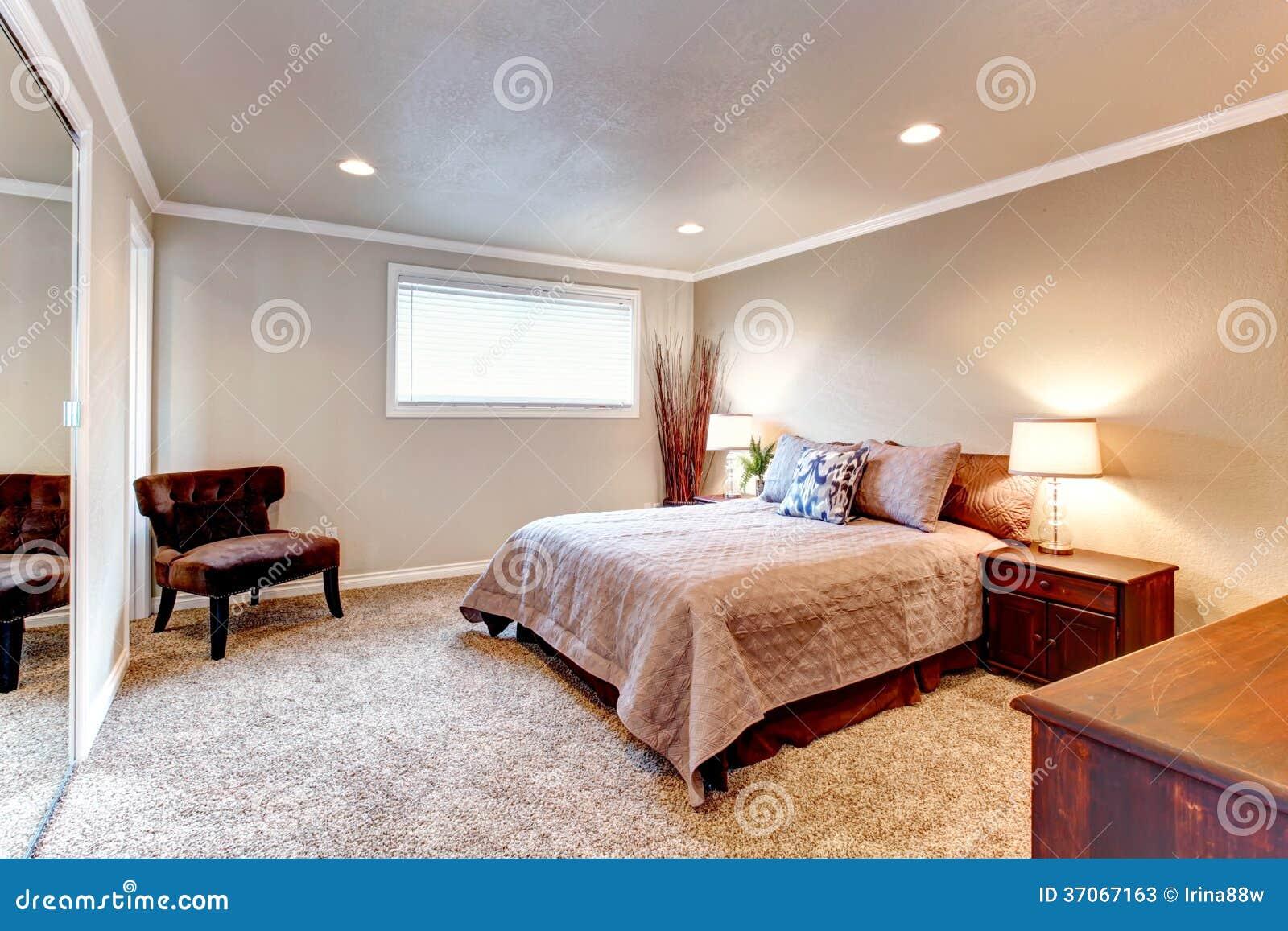 Gemütliches Braun Tont Schlafzimmer Mit Hölzernen Möbeln Und Weichem Teppich
