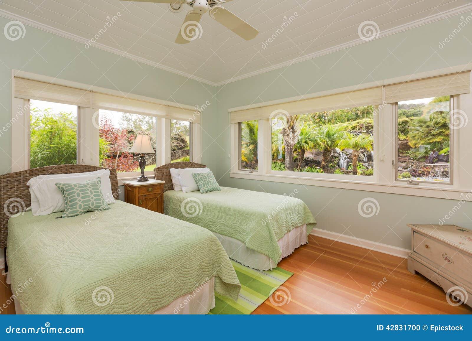 Gemütliches Schlafzimmer stockfoto. Bild von teppich - 42831700