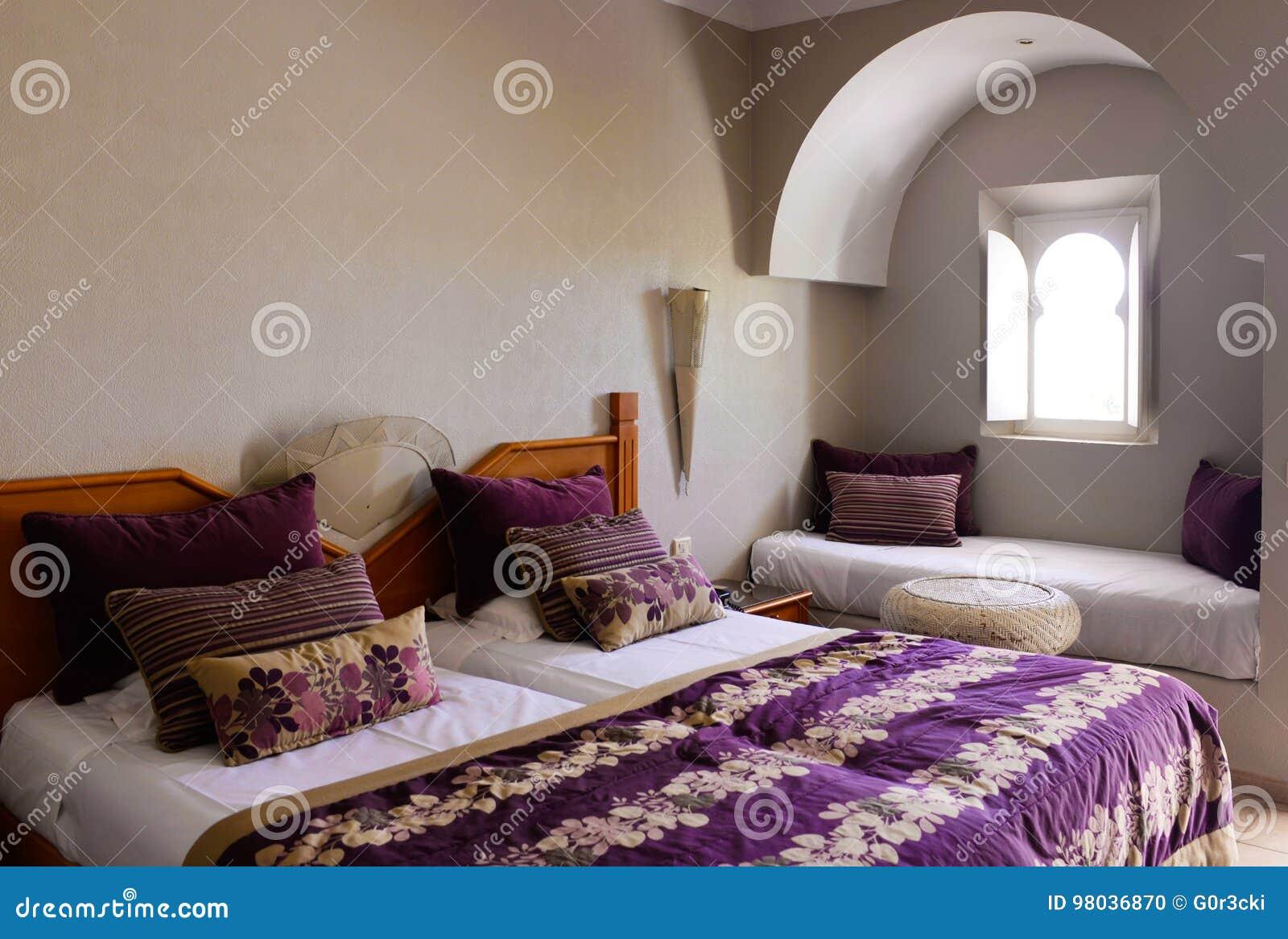 Gemütliches Schlafzimmer Mit Arabischem Fenster, Raum ...