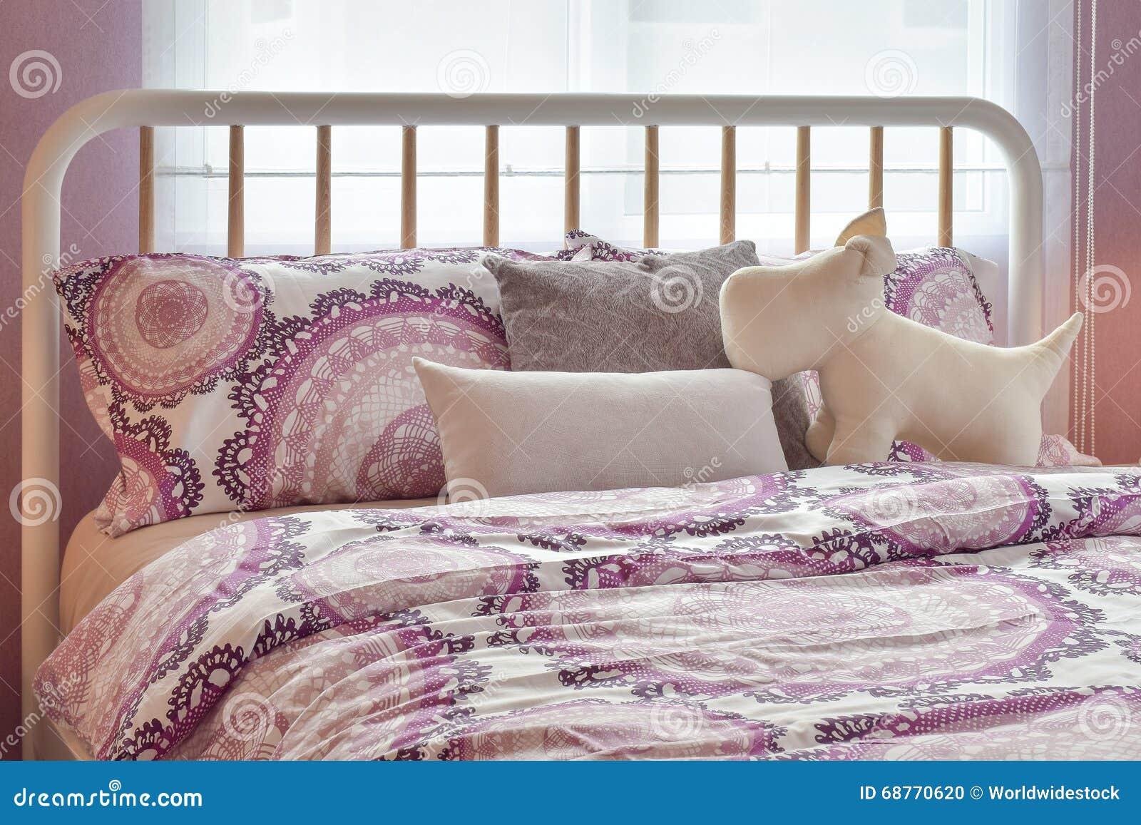 Gemütliches Schlafzimmer Mit Den Grauen Und Rosa Kissen Auf Bett