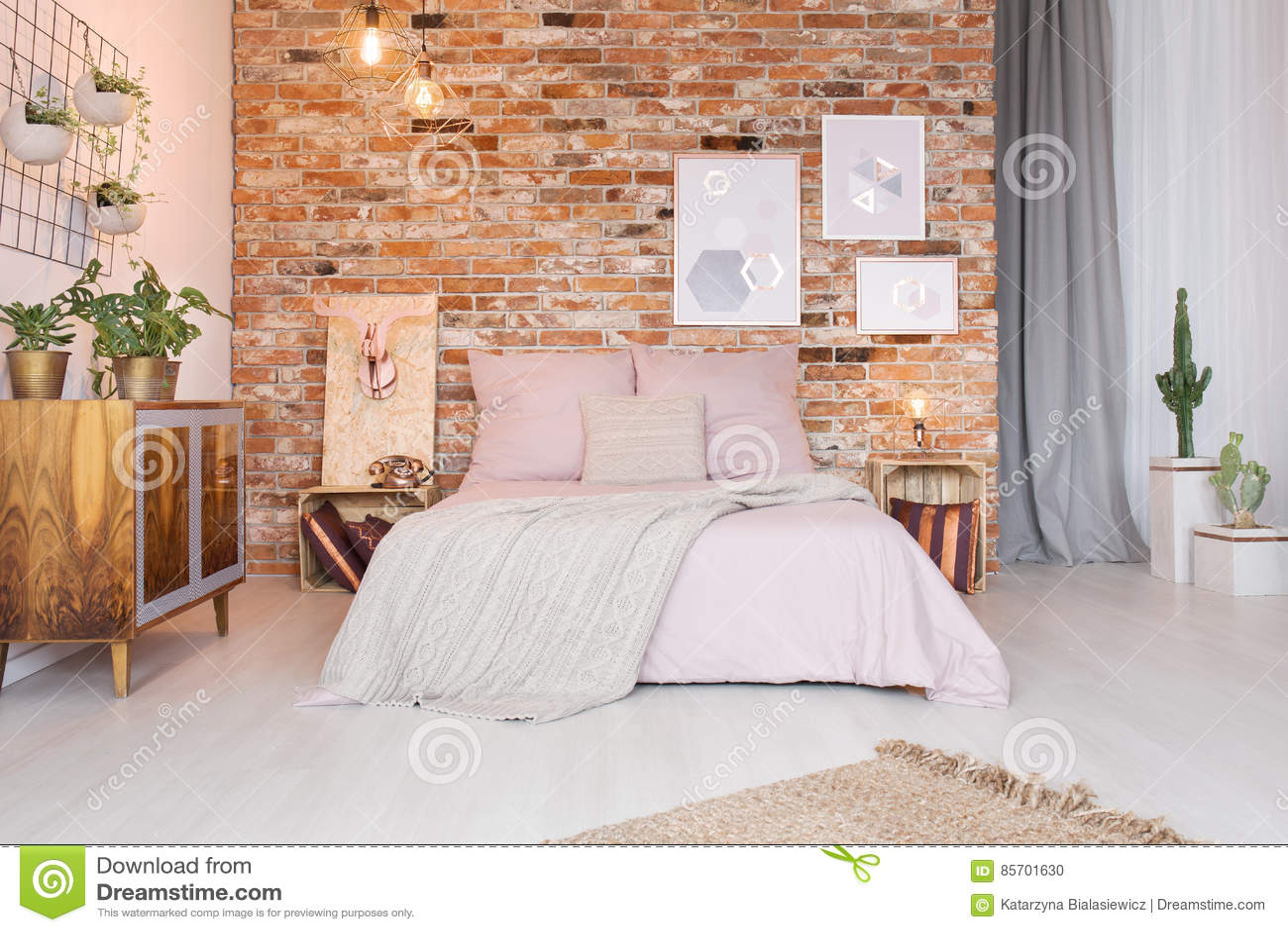 Gemütliches Schlafzimmer Mit Doppelbett Stockfoto - Bild von hippie ...