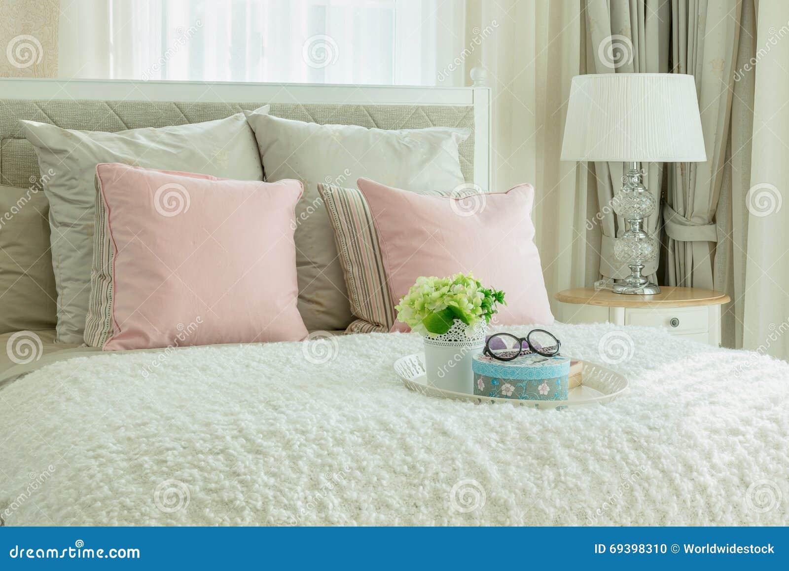 Gemutliches Schlafzimmer Mit Rosa Kissen Und Weissem Behalter Der