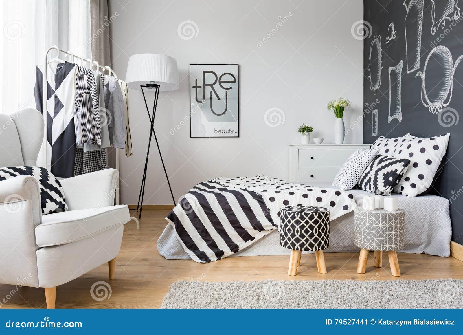 Gemütliches Schlafzimmer Mit Tafelwand Stockbild - Bild von bequem ...